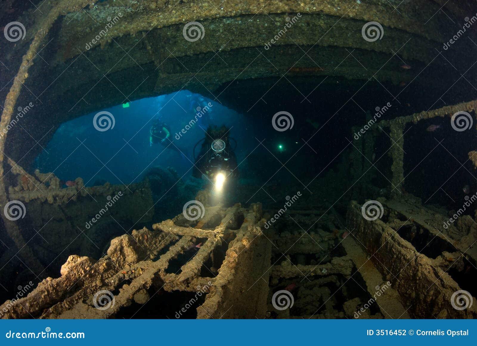 Operatore subacqueo della donna sul naufragio della nave