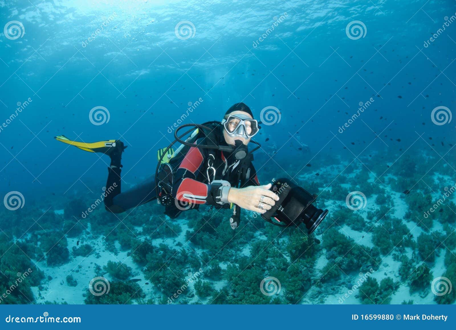 Operatore subacqueo di scuba femminile e video strumentazione subacquea.