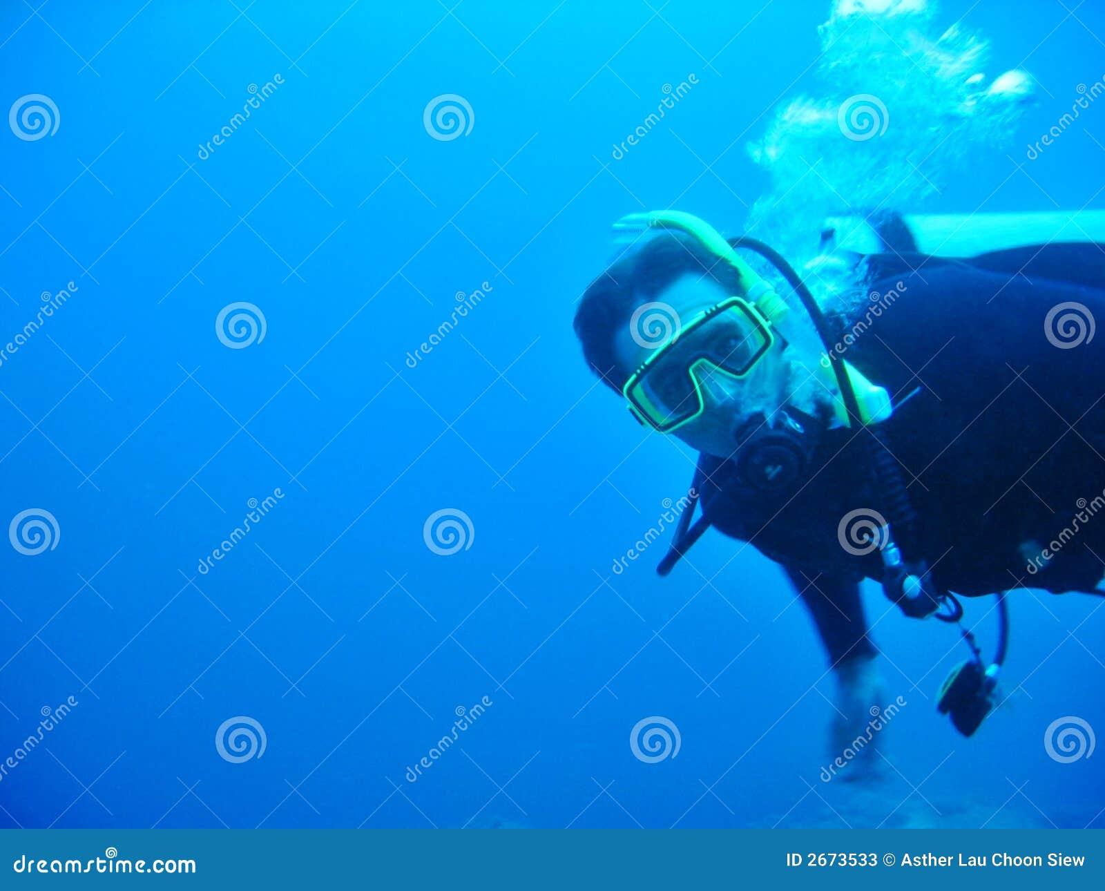 Operatore subacqueo di scuba maschio