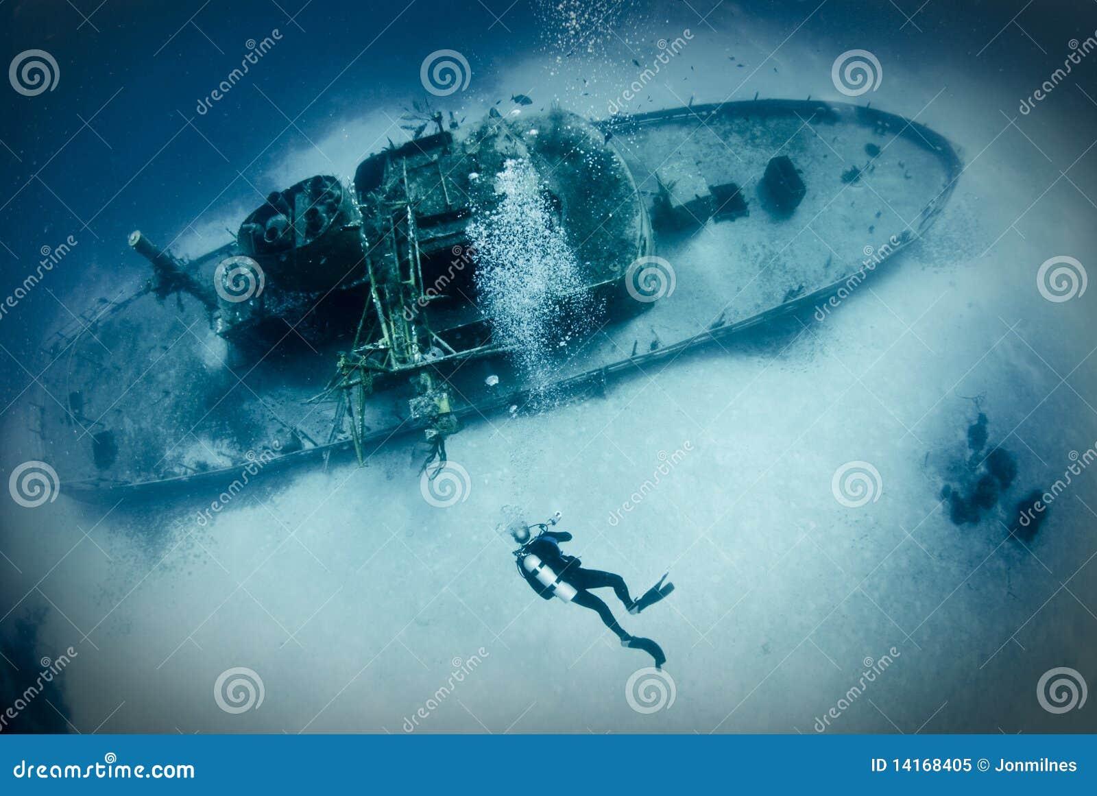 Operatore subacqueo sul naufragio della nave