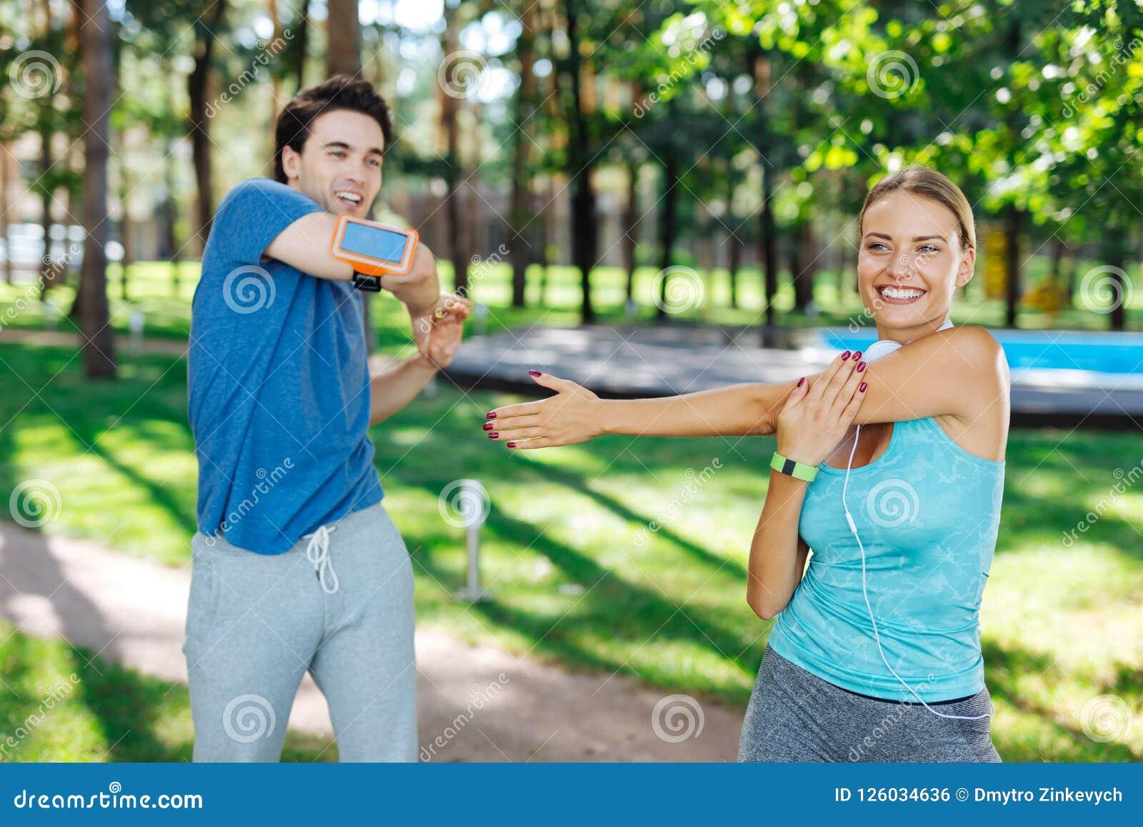 Opgetogen blije mensen die doend sportenactiviteiten genieten van
