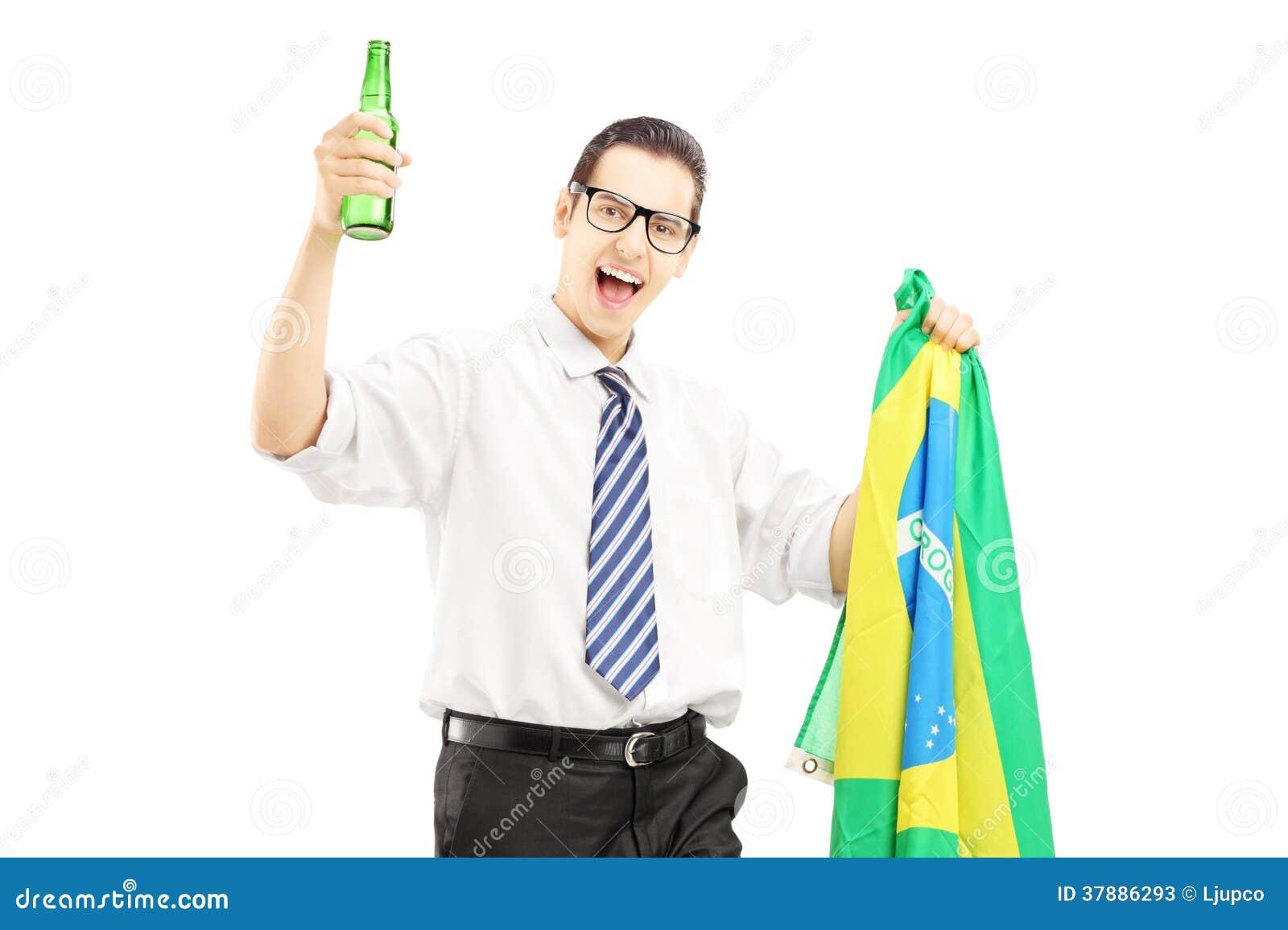 Opgewekt mannetje met bierfles en Braziliaanse vlag