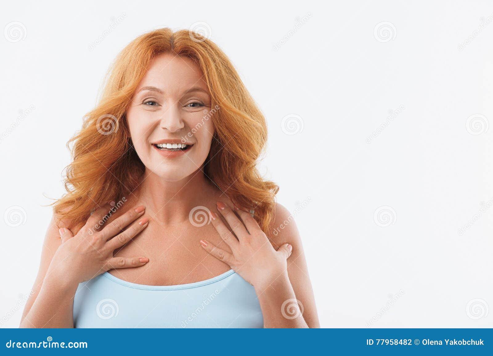 Opgewekte dame die op middelbare leeftijd haar vreugde tonen