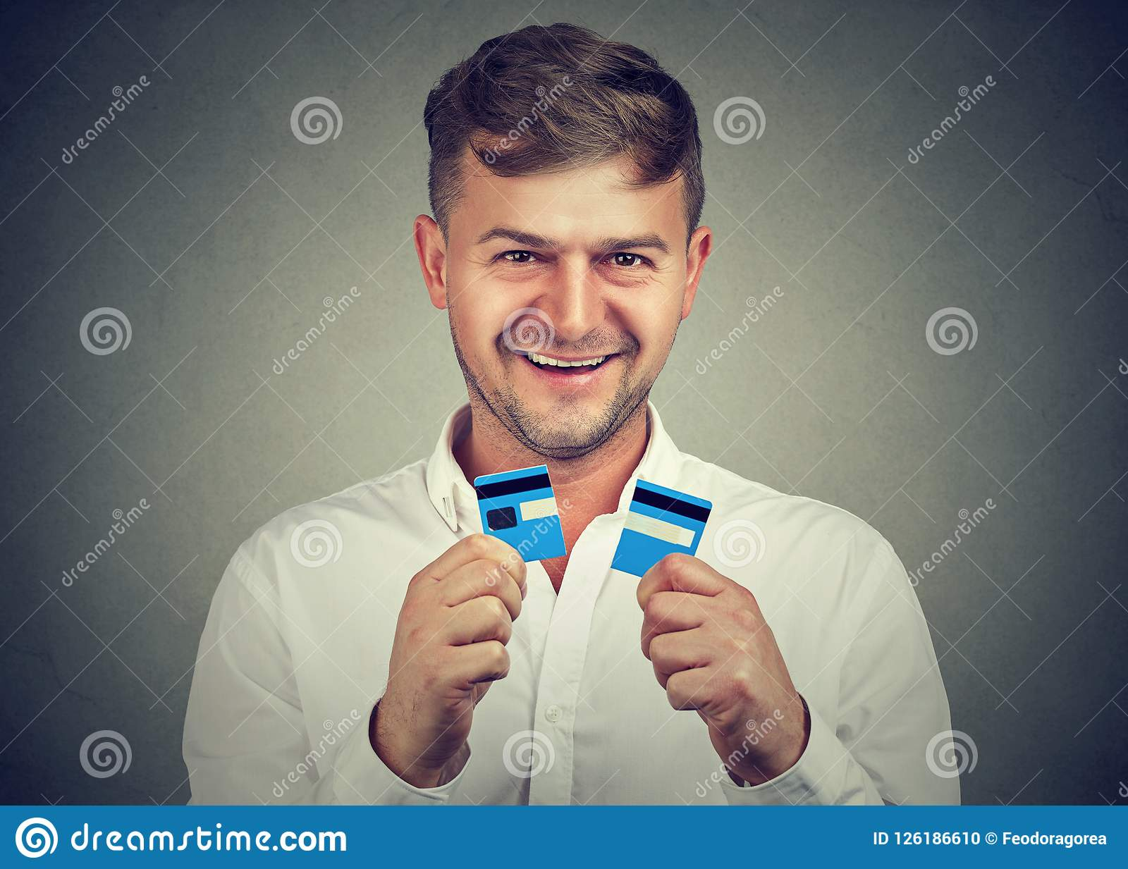 Opgewekte die mens met creditcards wordt gedaan
