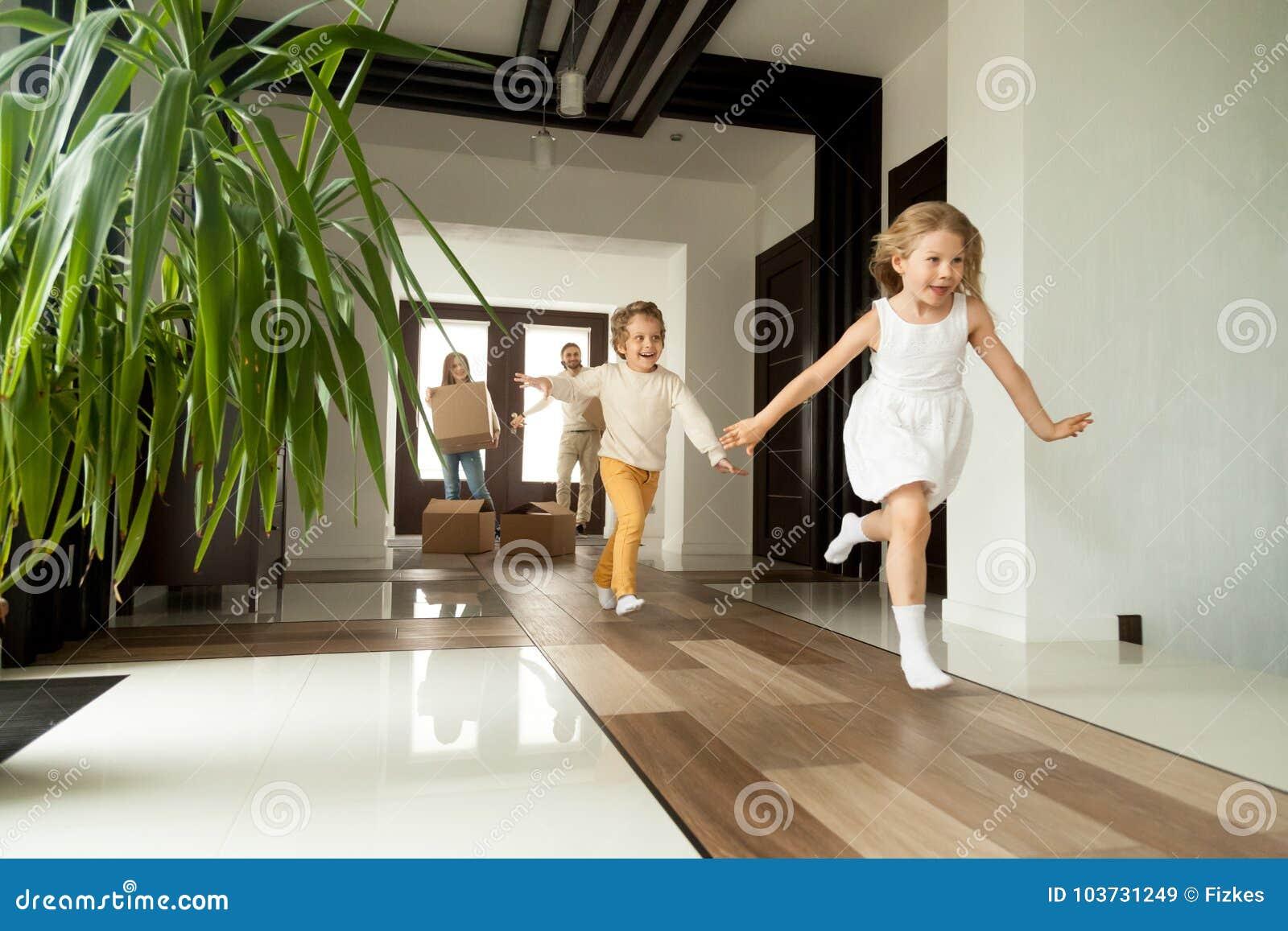 Opgewekte kinderen die huis, bewegende dag in nieuw huis tegenkomen