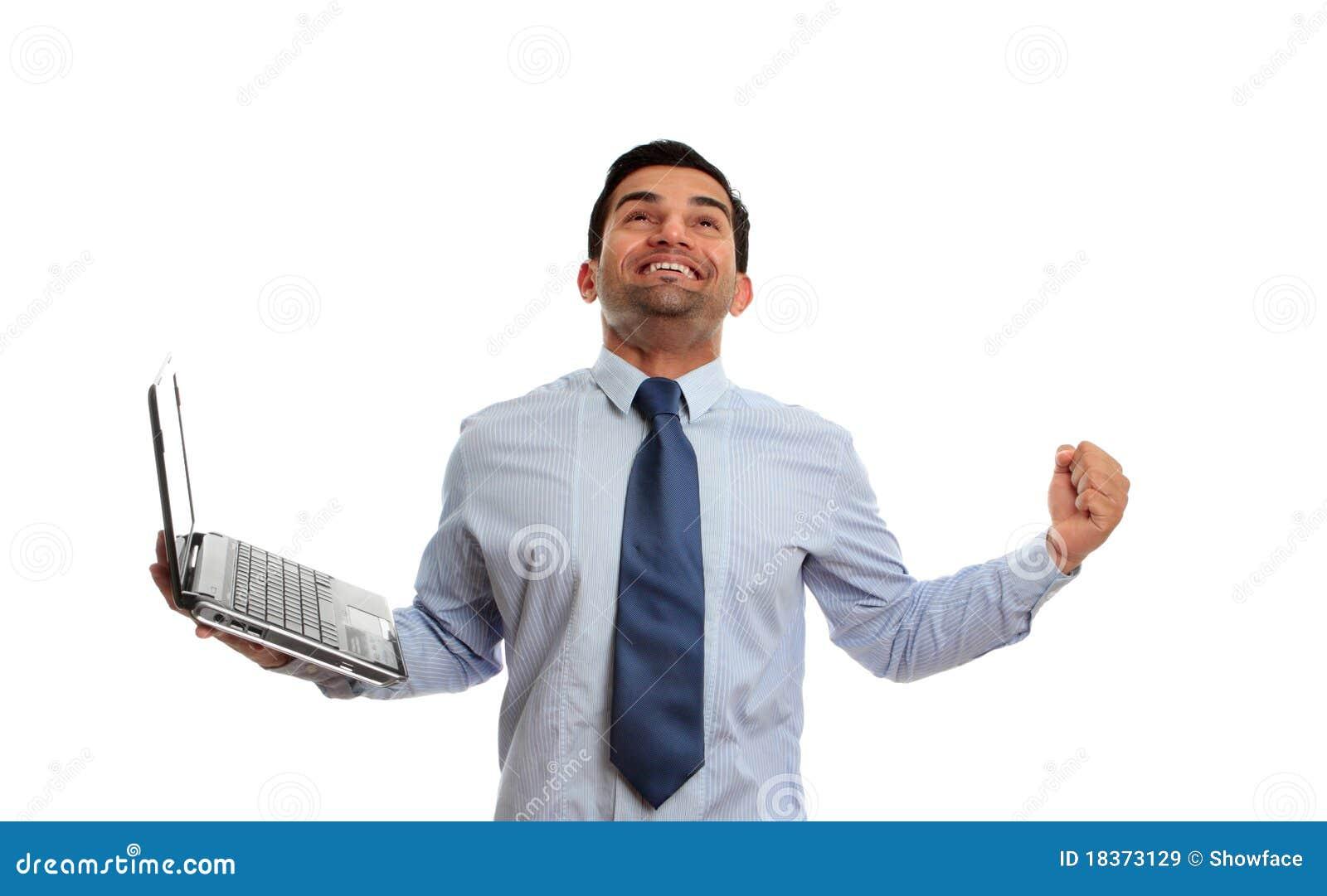 Opgewekte mens met laptop overwinningssucces