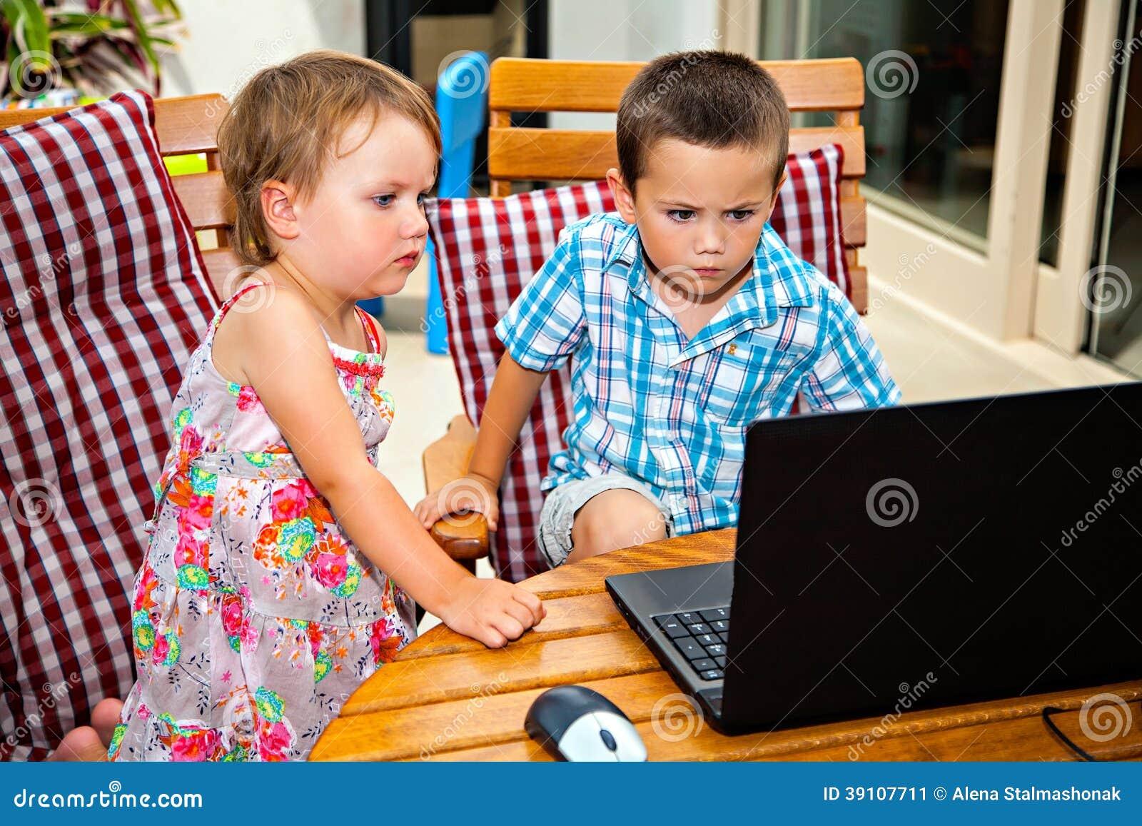 Opgewekte siblings met laptop computer