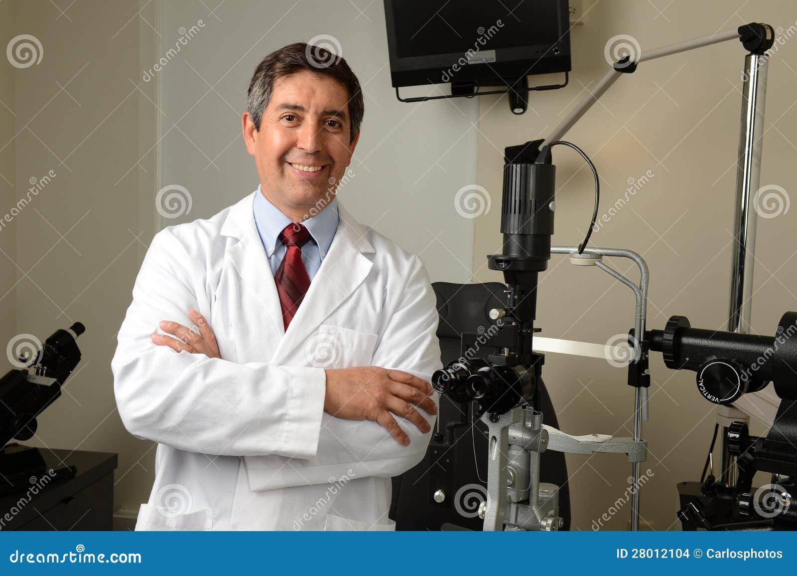 Ophtalmologiste Dans Son Bureau Avec Des Istruments Photo stock ... 2236f61fcf03