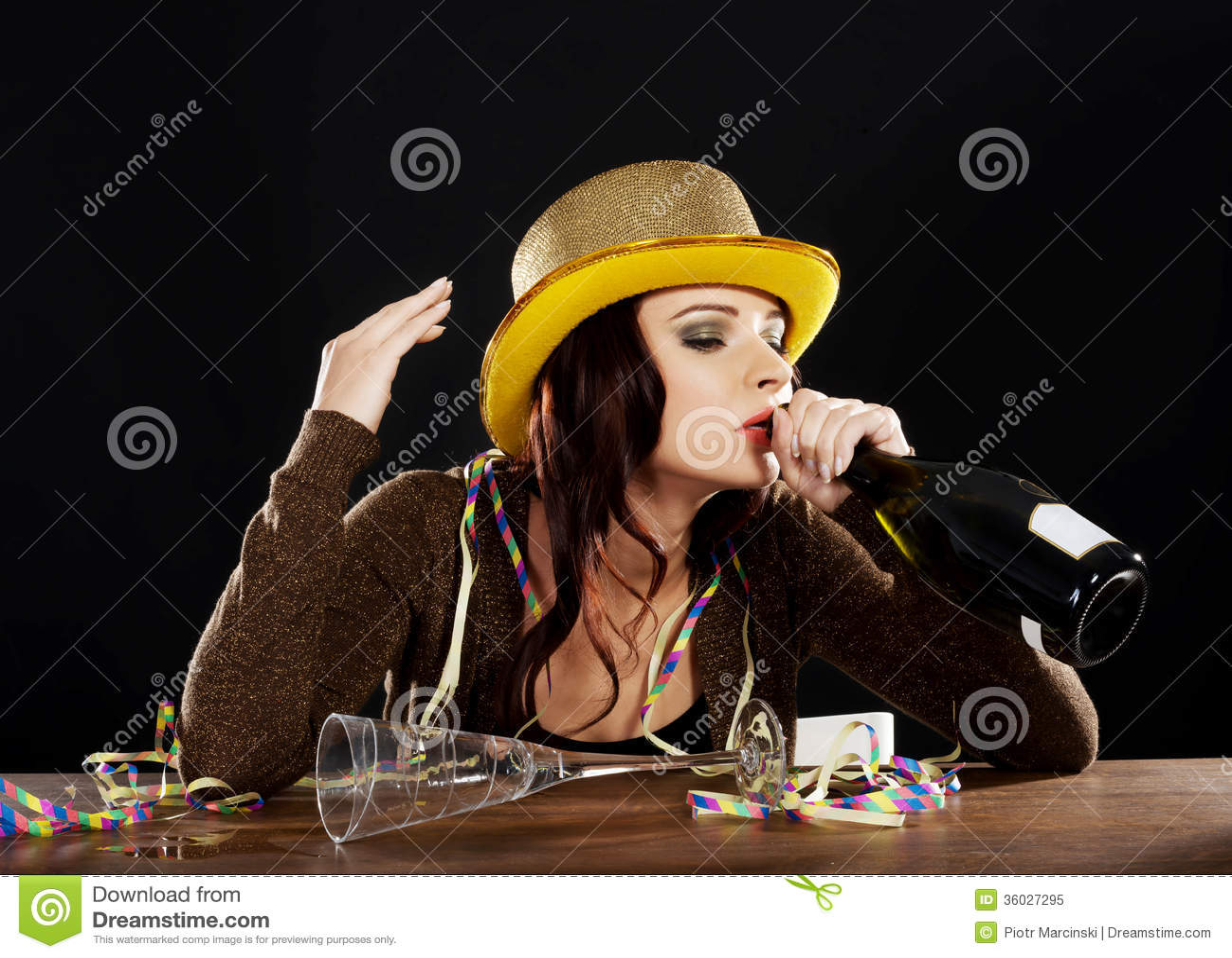 Opiła młoda kobieta świętuje nowy rok wigilię.