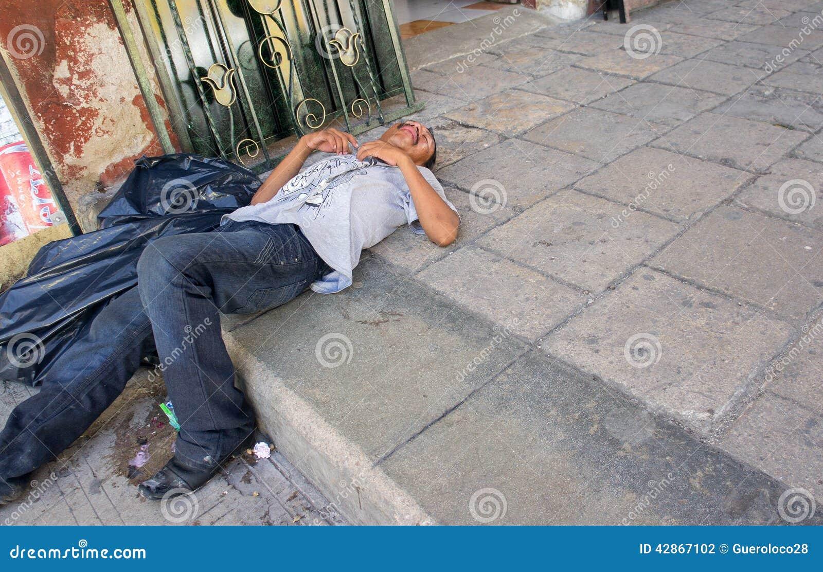 Opiły Bezdomny mężczyzna przechodzący out