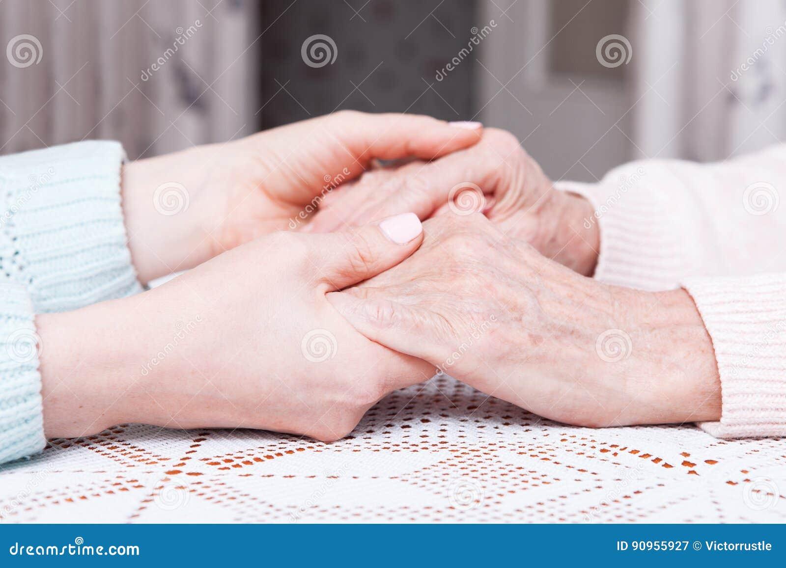 Opieka jest w domu starsze osoby Przestrzeń dla teksta Starsza kobieta z ich opiekunem w domu Pojęcie opieka zdrowotna dla