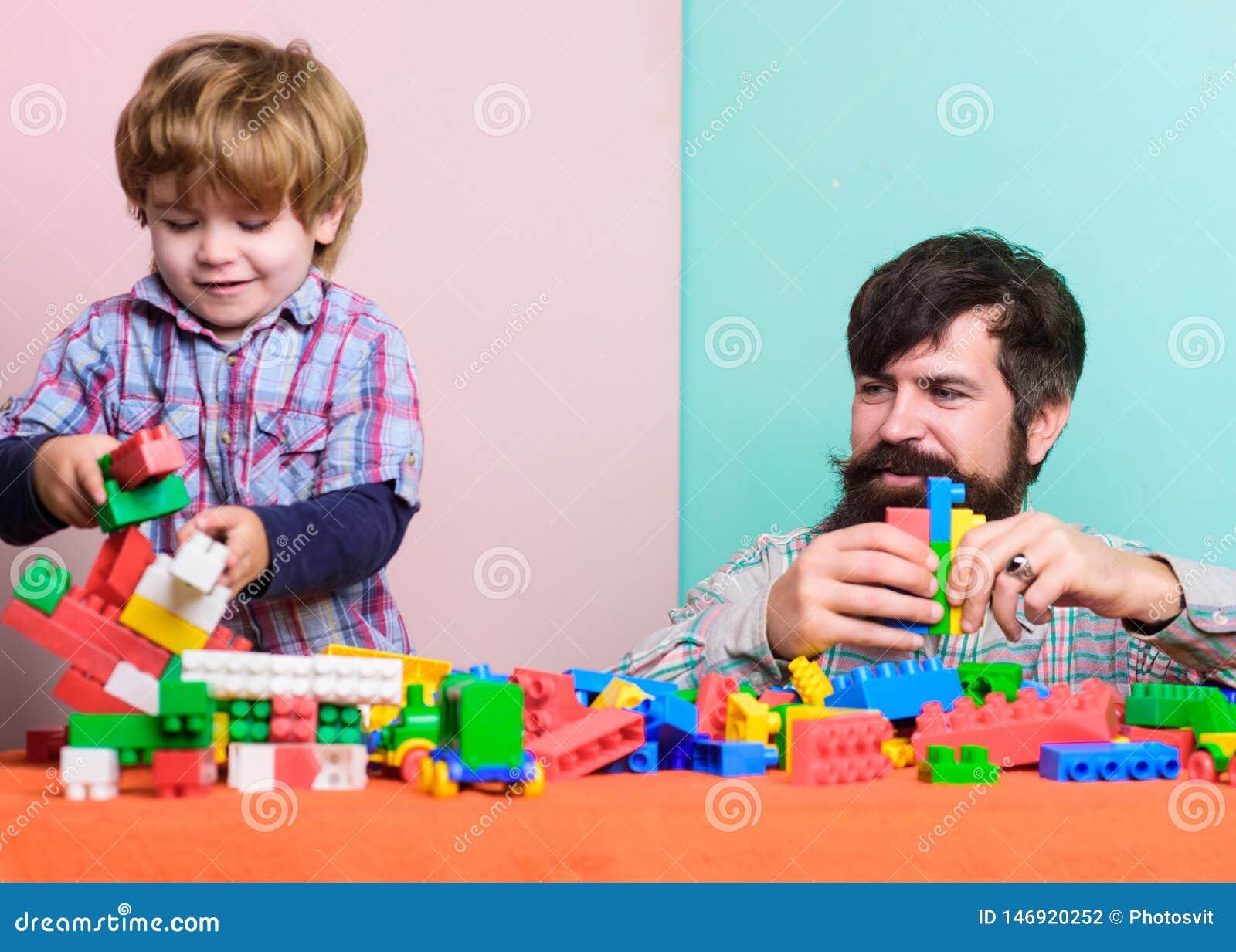 Opieka nad dzieckiem wychowanie i rozw?j Ojca syna gra Ojciec i syn tworzymy kolorowe budowy z cegłami