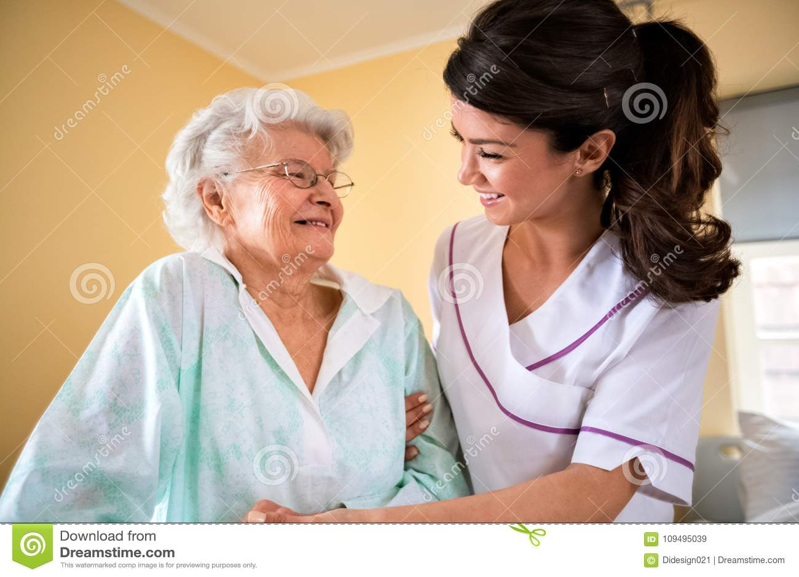Opieka starsze osoby przy karmiącym domem