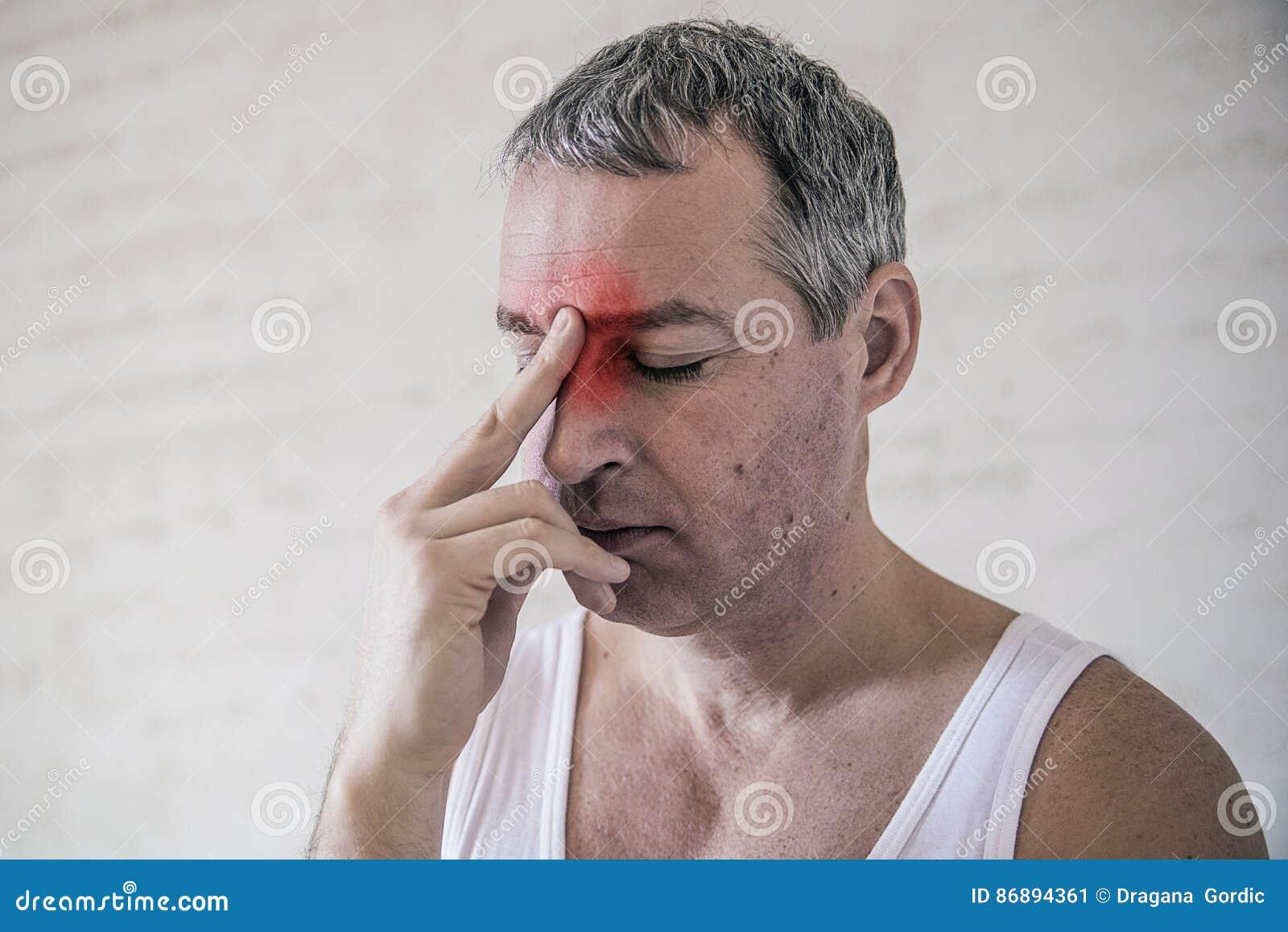 Opieka zdrowotna, ból, stres, wiek i ludzie pojęć, - dorośleć mężczyzna cierpienie od migreny w domu