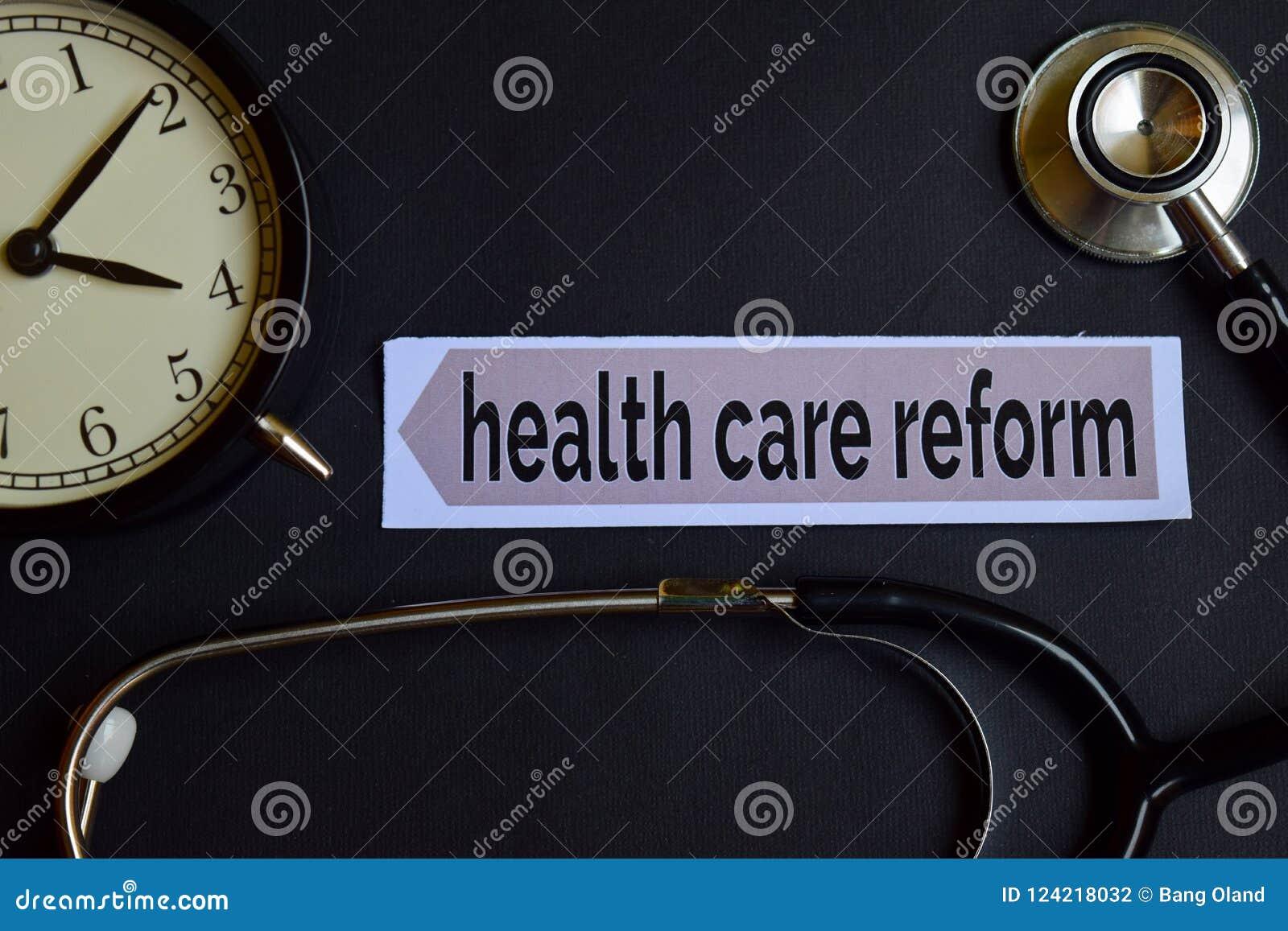 Opieki zdrowotnej reforma na druku papierze z opieki zdrowotnej pojęcia inspiracją budzik, Czarny stetoskop