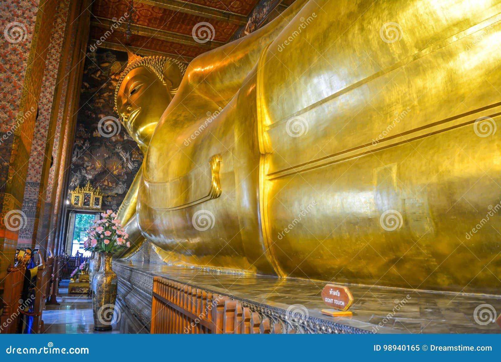 Opierać Buddha przy wata pho Bangkok, Tajlandia