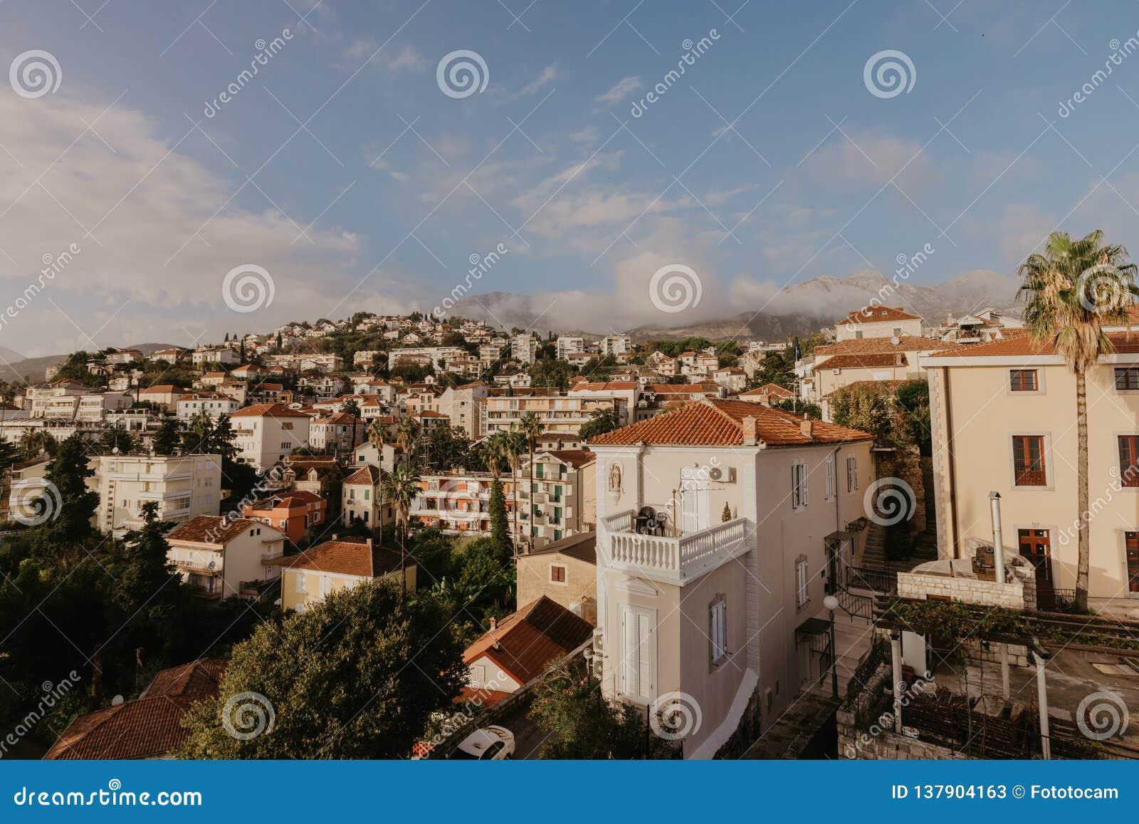 Opinião aérea a cidade de Herceg Novi, o porto e a égua Venetian do forte, baía de Boka Kotorska do mar de adriático, Montenegro