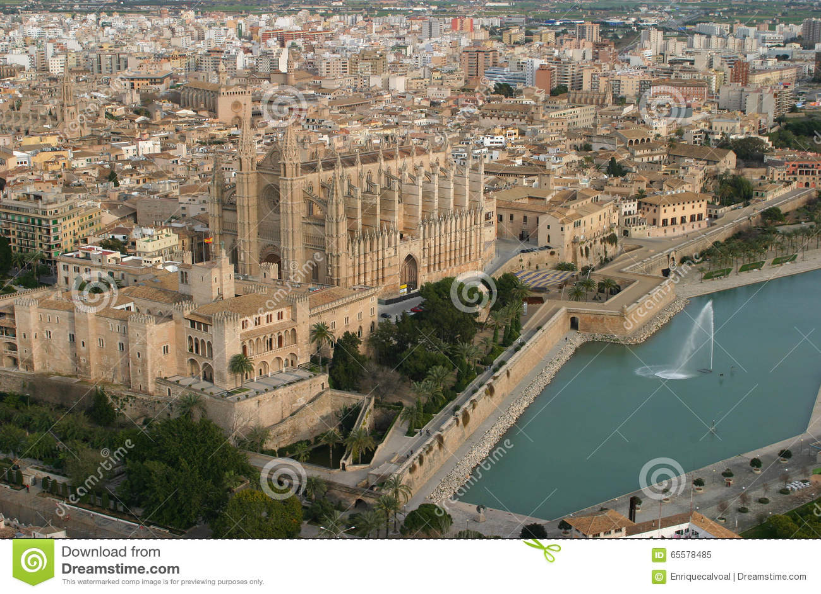 Opinião aérea da catedral de Palma de Maiorca