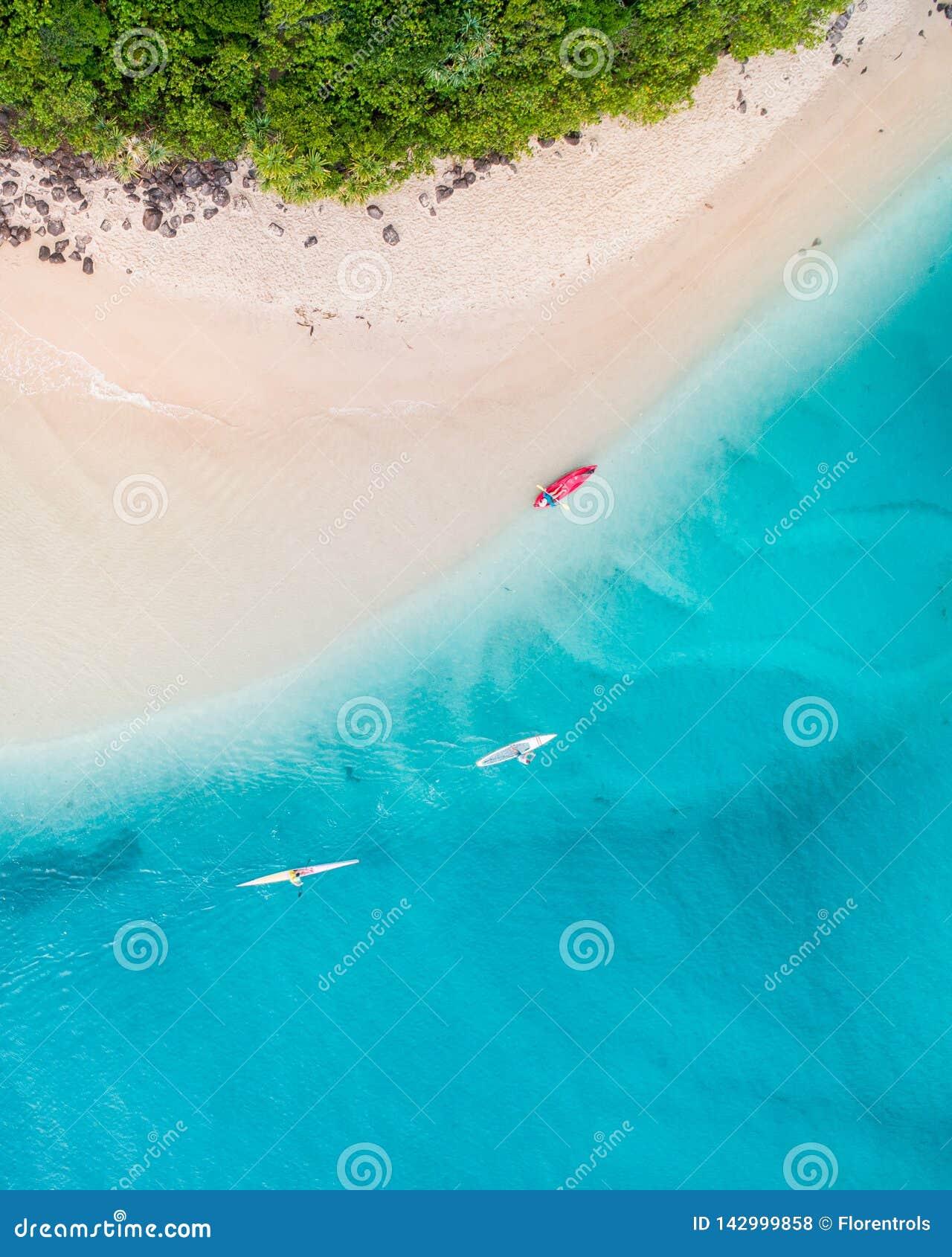 Opinião aérea da praia na opinião superior agradável de Gold Coast o oceano azul, povos na canoa, a areia branca e os povos que a
