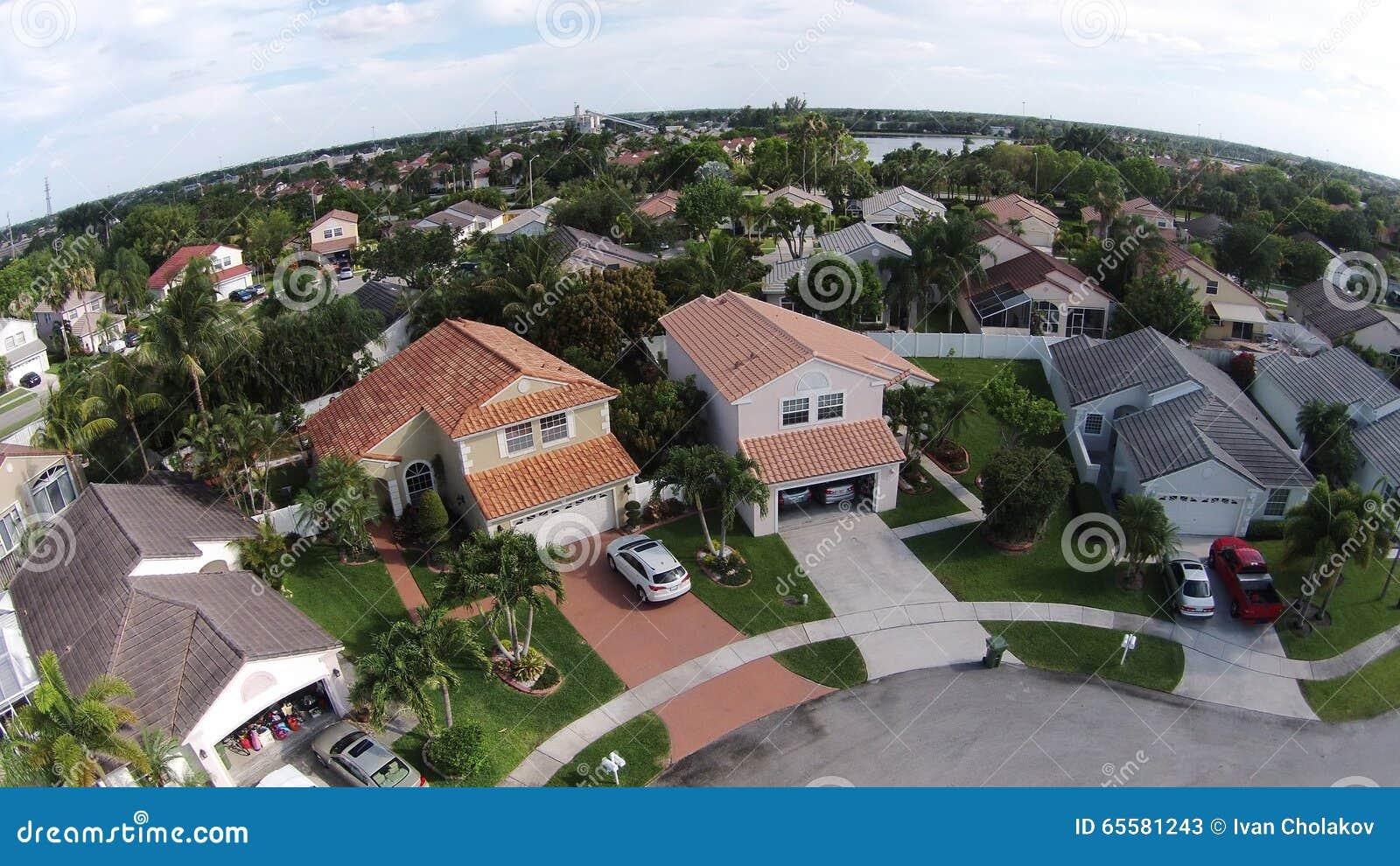 Opinião aérea das casas suburbanas