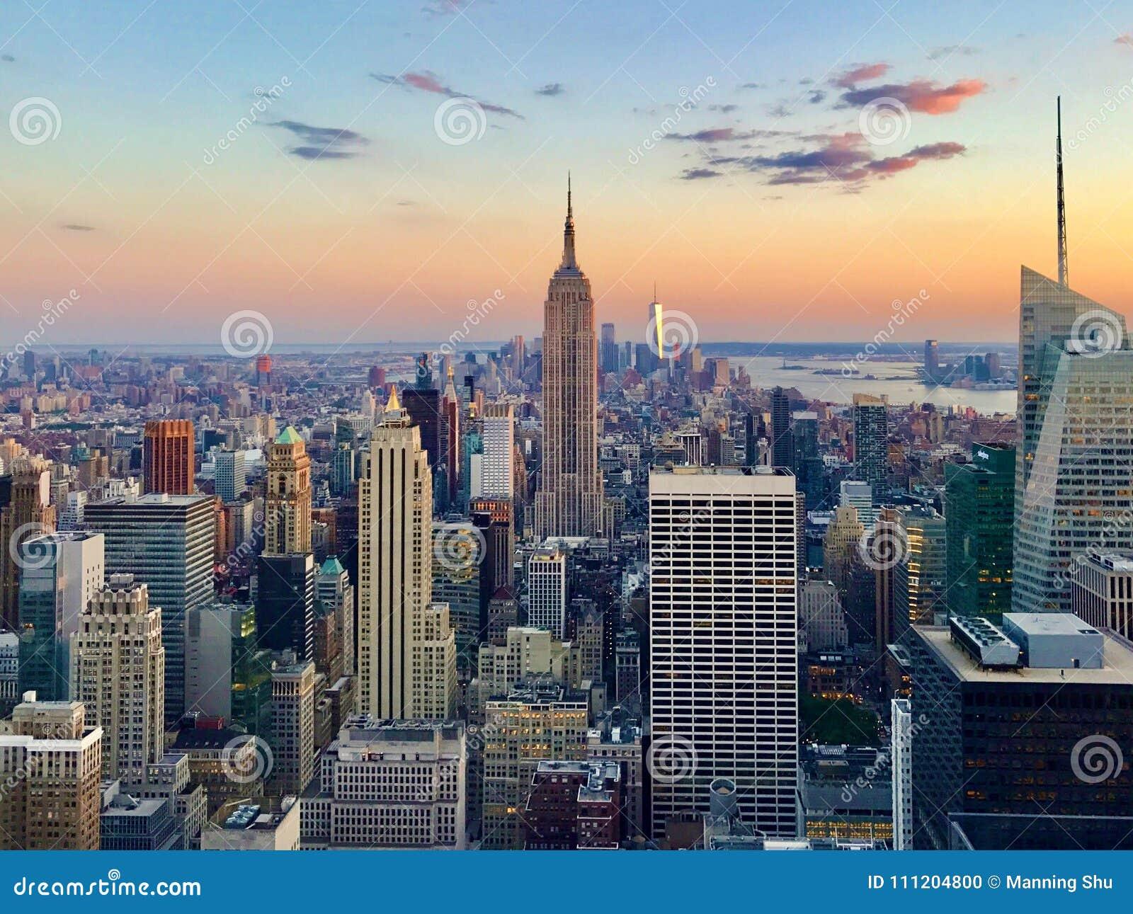 Opinião aérea de New York City do por do sol da parte superior da rocha