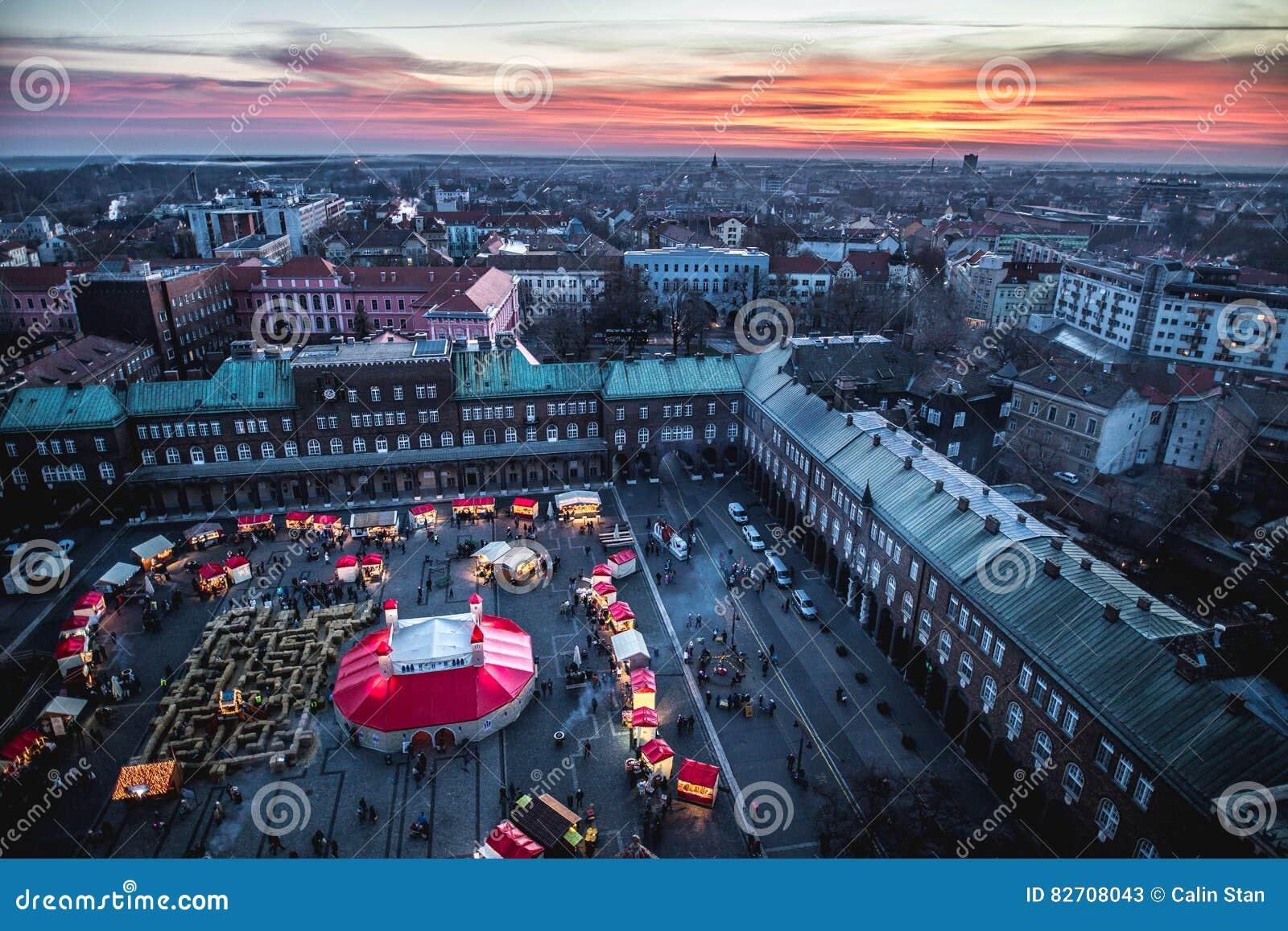 Opinião aérea de Szeged Advent Christmas Market no por do sol