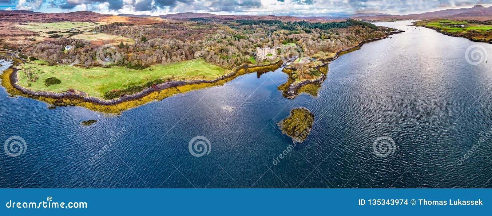 Opinião aérea do outono do castelo de Dunvegan, ilha de Skye