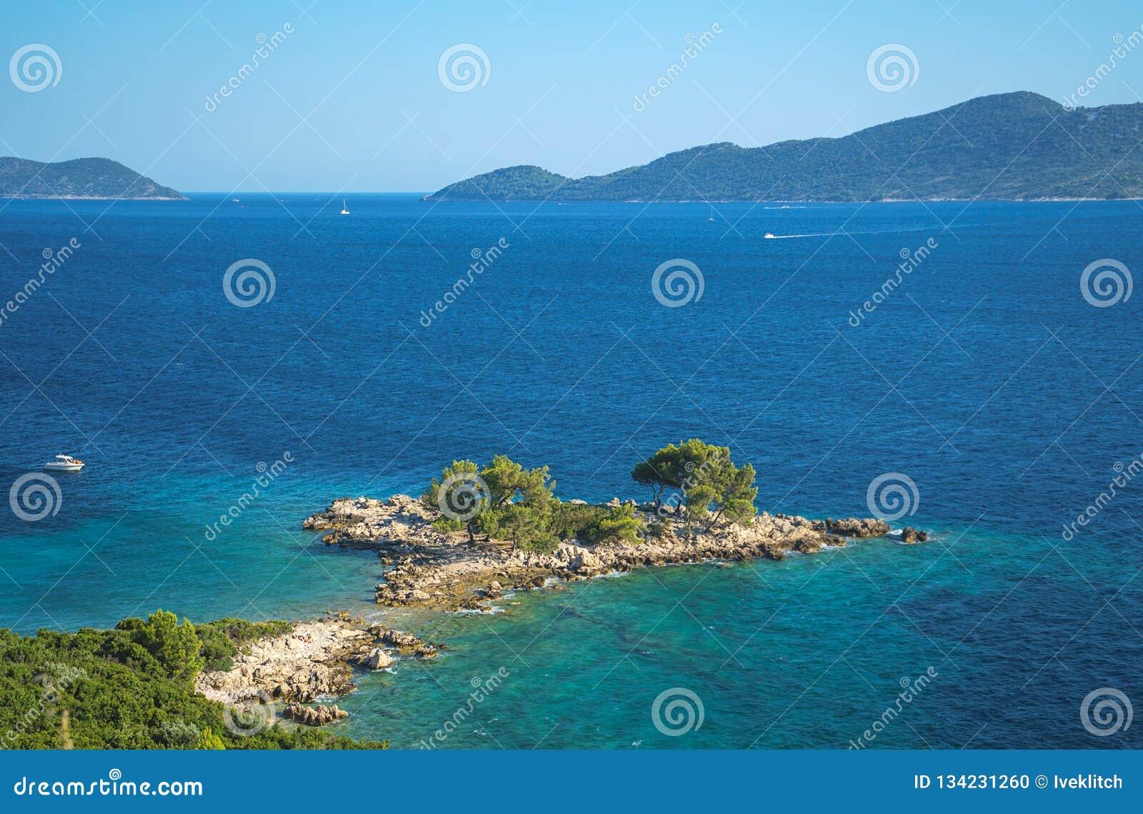 Opinião aérea do seascape às águas de turquesa do mar e das ilhas de adriático na distância, perto da cidade Dubrovnik na Croácia