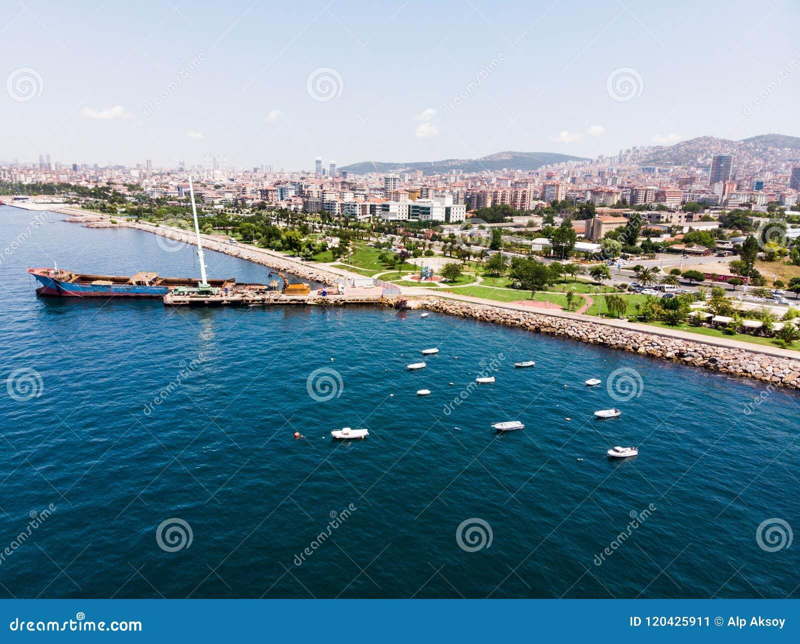 Opinião aérea do zangão Kartal Istanbul City Seaside com o navio velho da embarcação do Scow do lixo