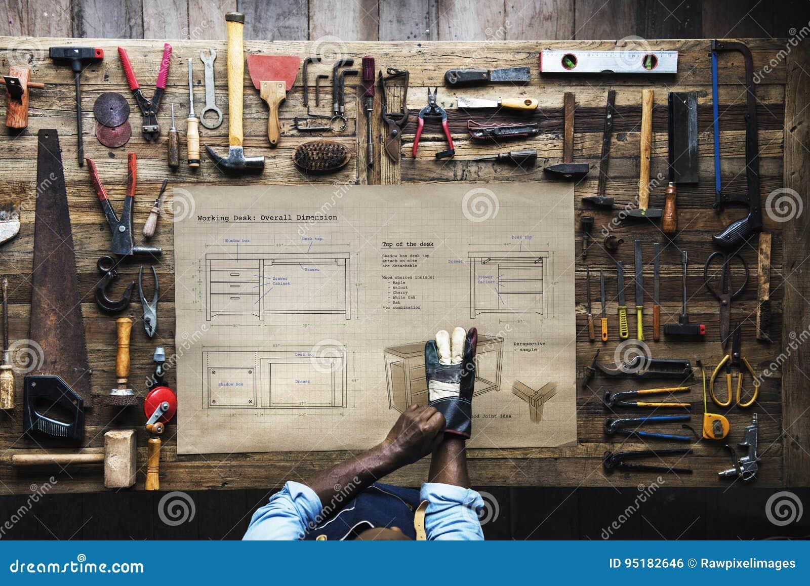 Opinião aérea o artesão do carpinteiro com plano de esboço da mobília