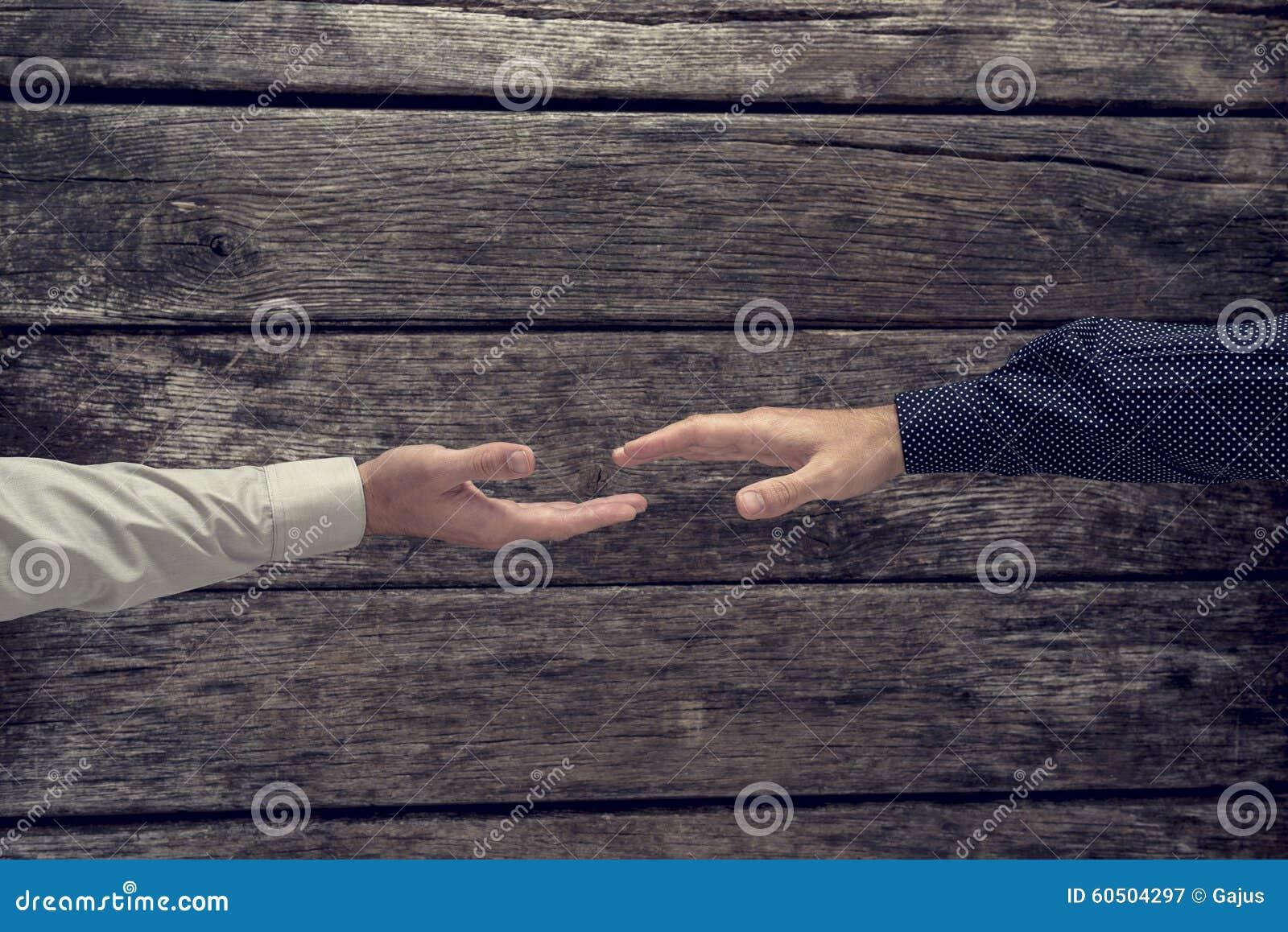 Opinião aérea o homem de negócios dois aproximadamente para agitar as mãos