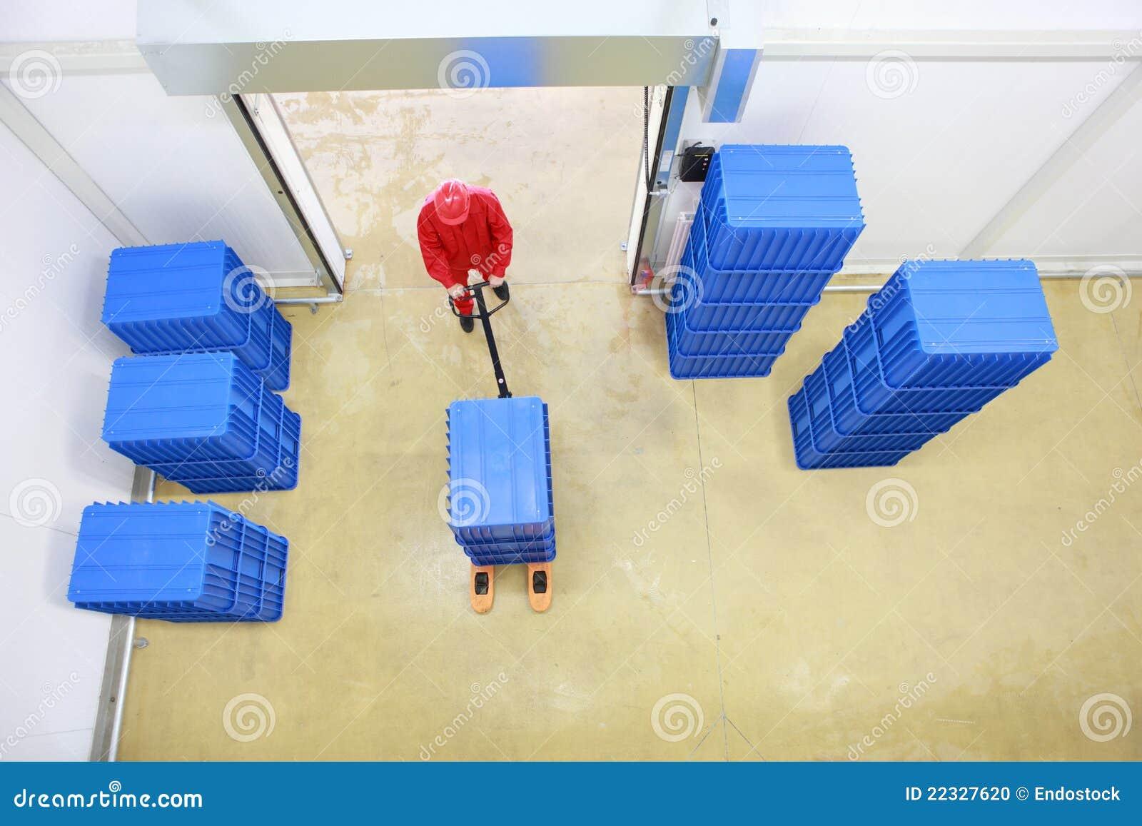 Opinião aérea o trabalhador que trabalha no storehouse
