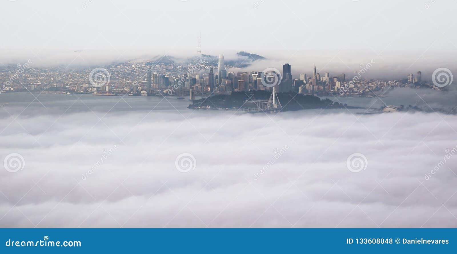 Opinião aérea panorâmico San Francisco Bay Area da cimeira do pico de Grizzley em Berkeley