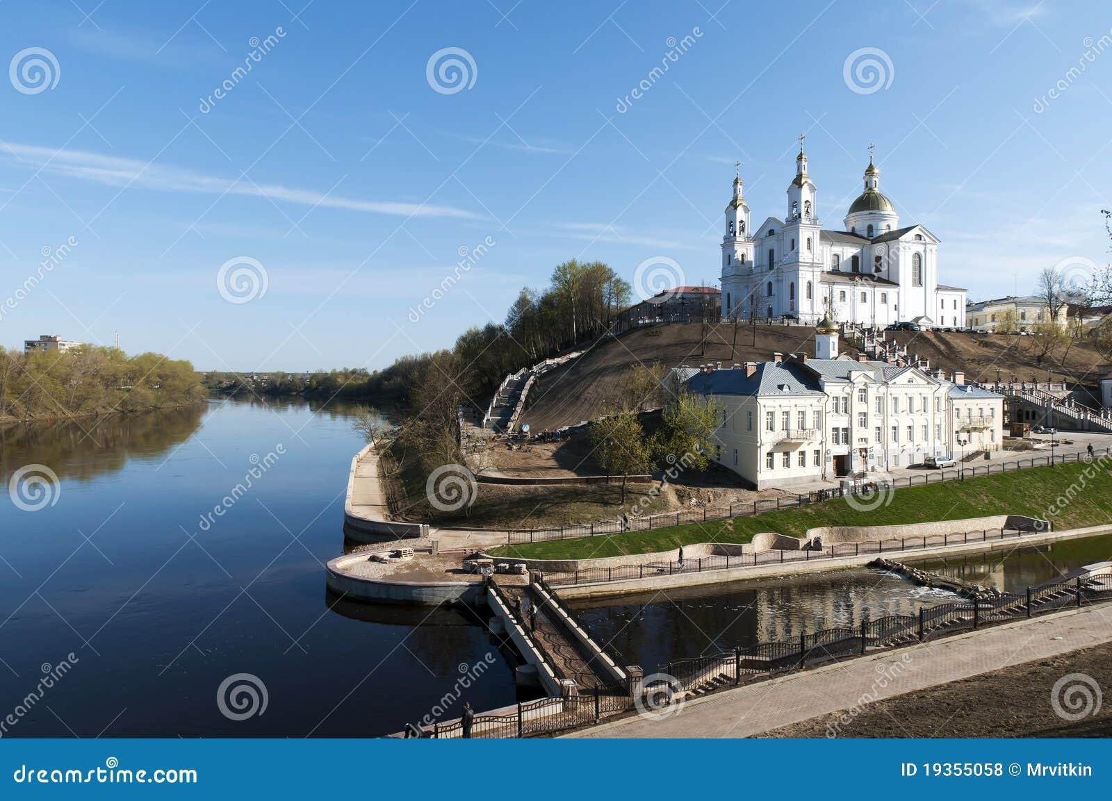 Opinião agradável da paisagem da mola de Belarus Vitebsk