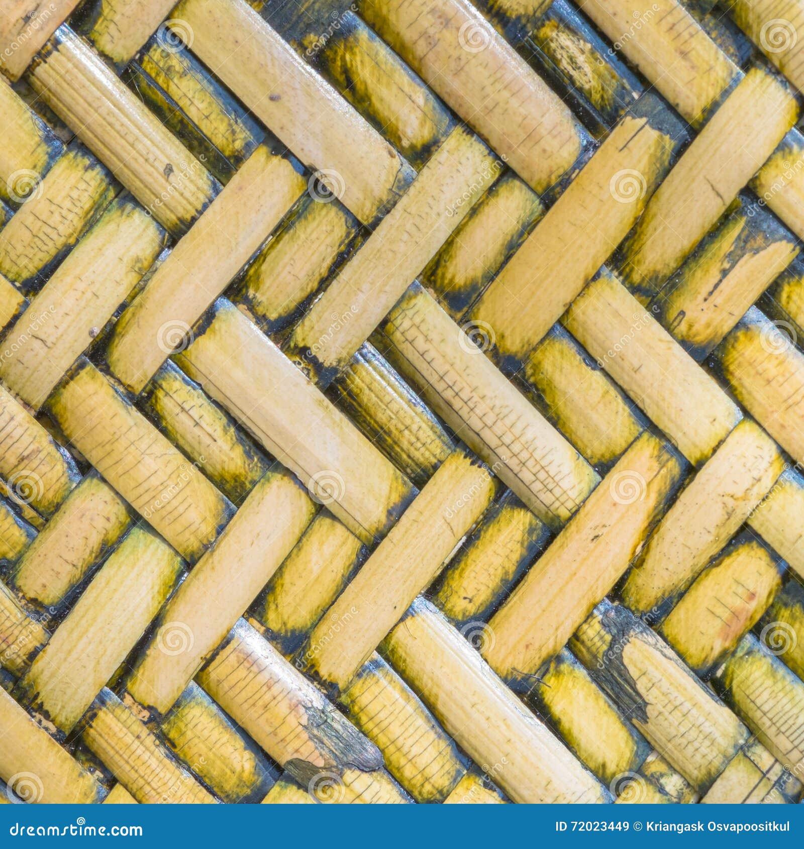 Opinião ascendente próxima do detalhe de uma cesta tecida dourada uniforme usando o natu