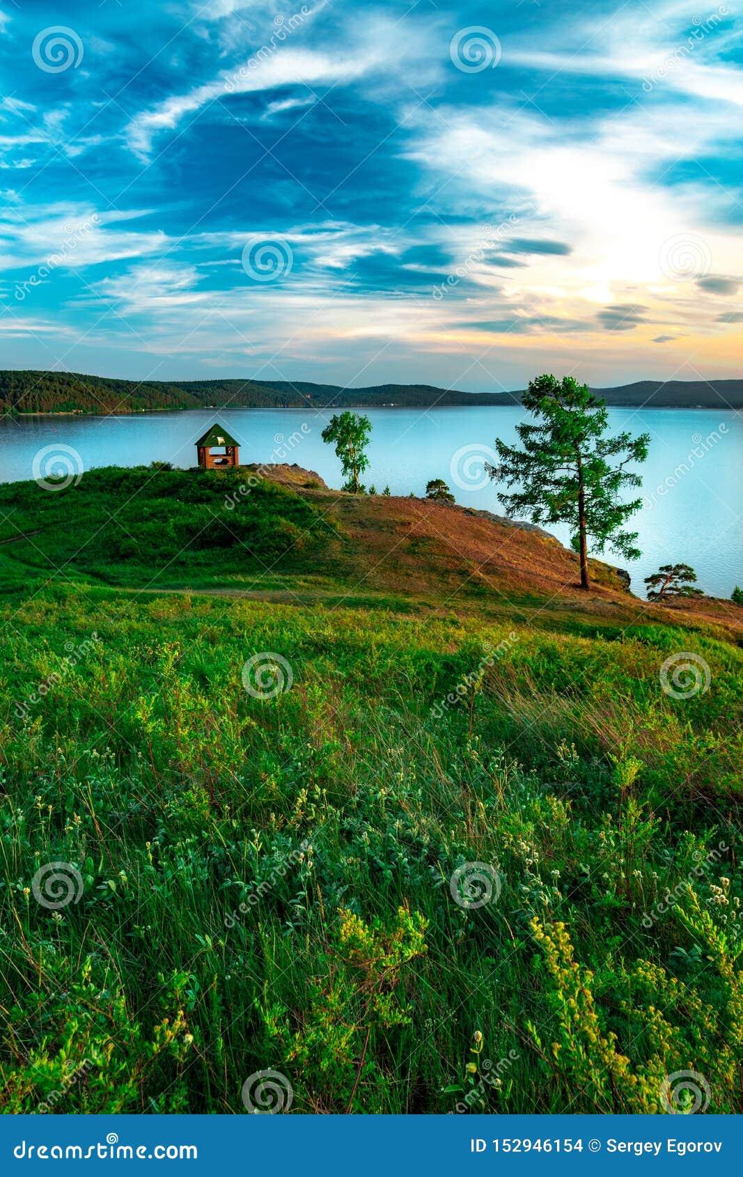Opinião bonita da paisagem do lago Turgoyak Rússia da montanha com casa de verão