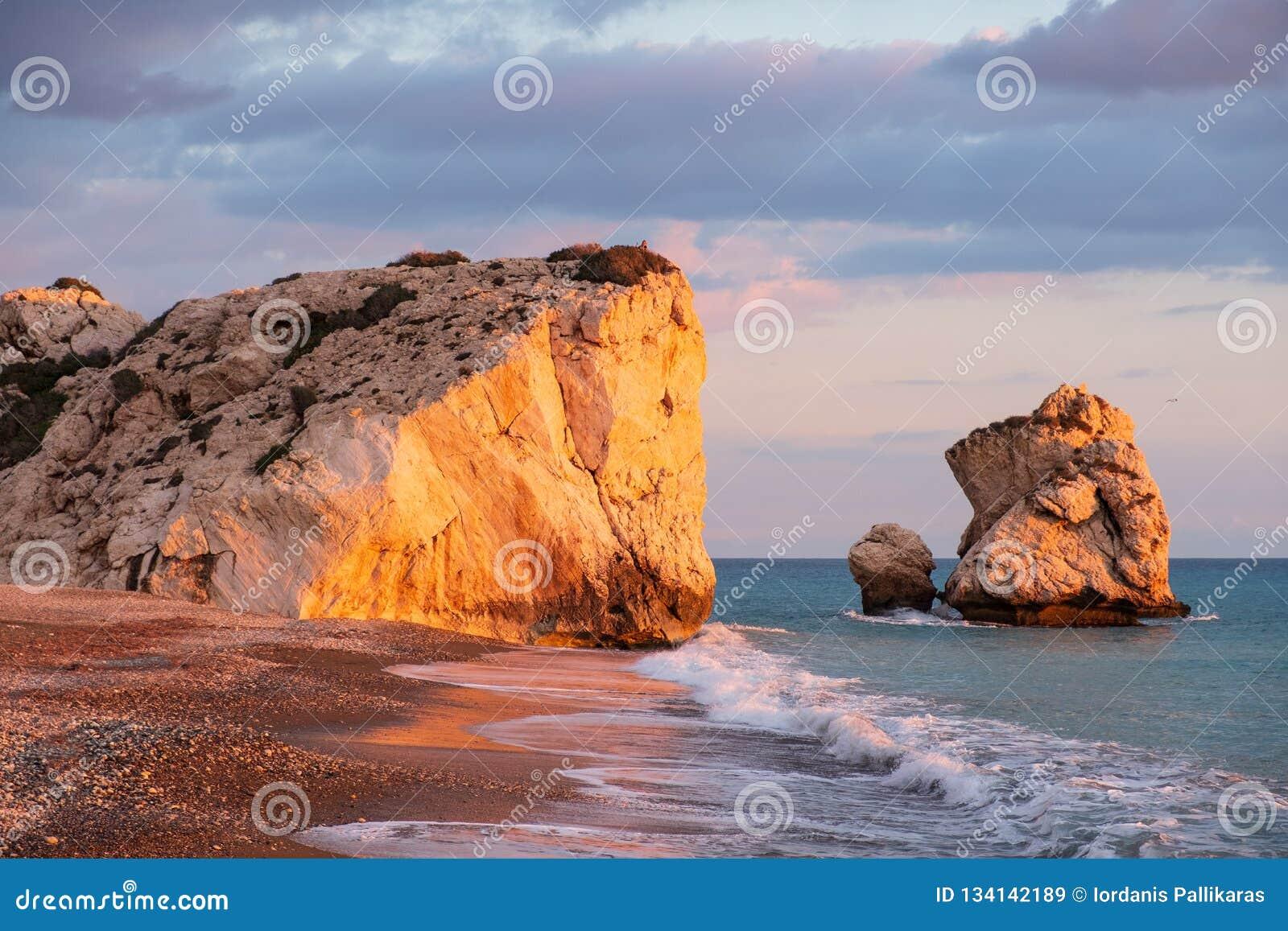 Opinião bonita da tarde da praia em torno do tou Romiou de PETRA, igualmente conhecida como o lugar de nascimento do Afrodite, em