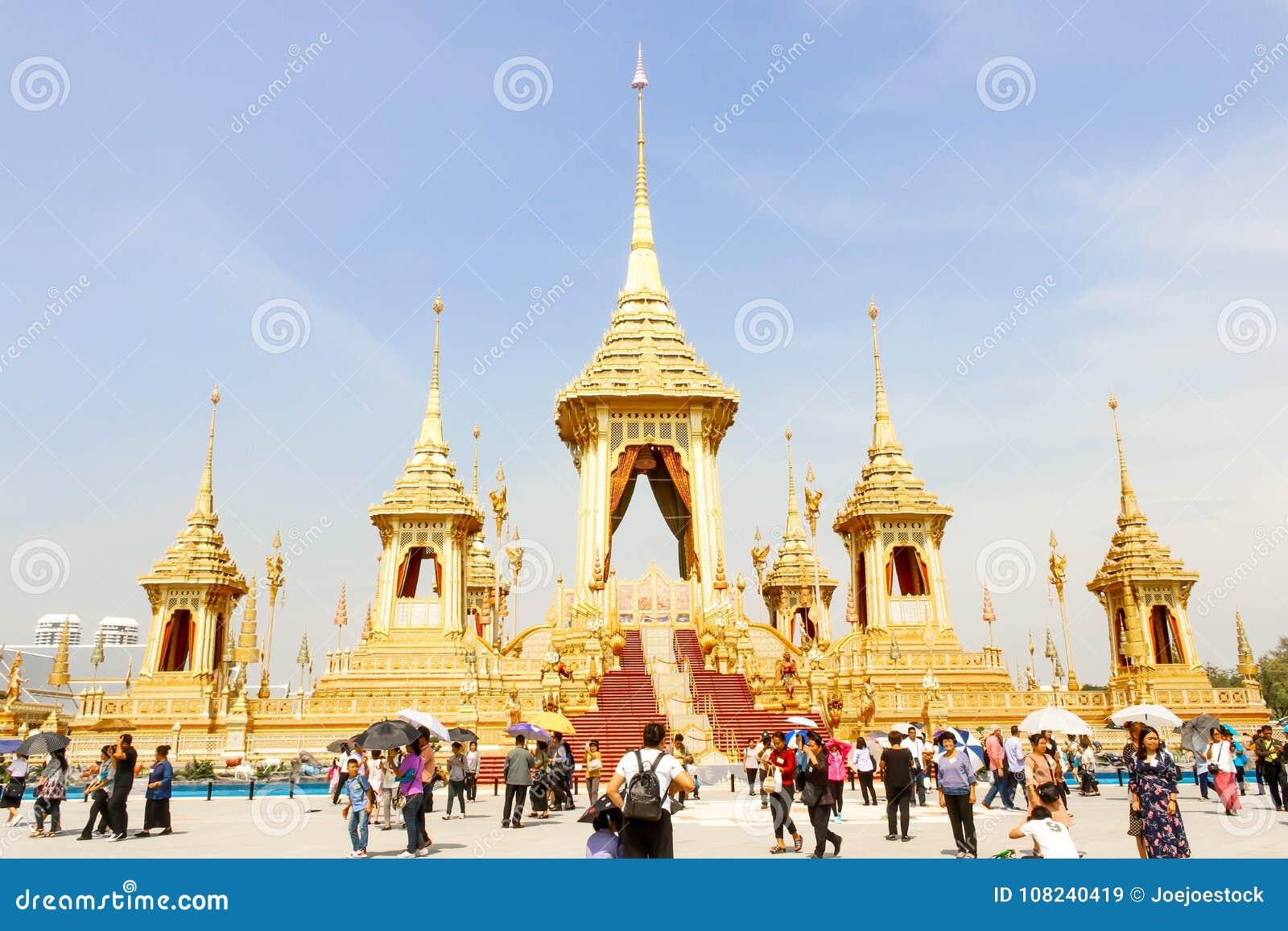 Opinião bonita do ouro o crematório real para o HM o rei atrasado Bhumibol Adulyadej e muitos povos no 4 de novembro de 2017