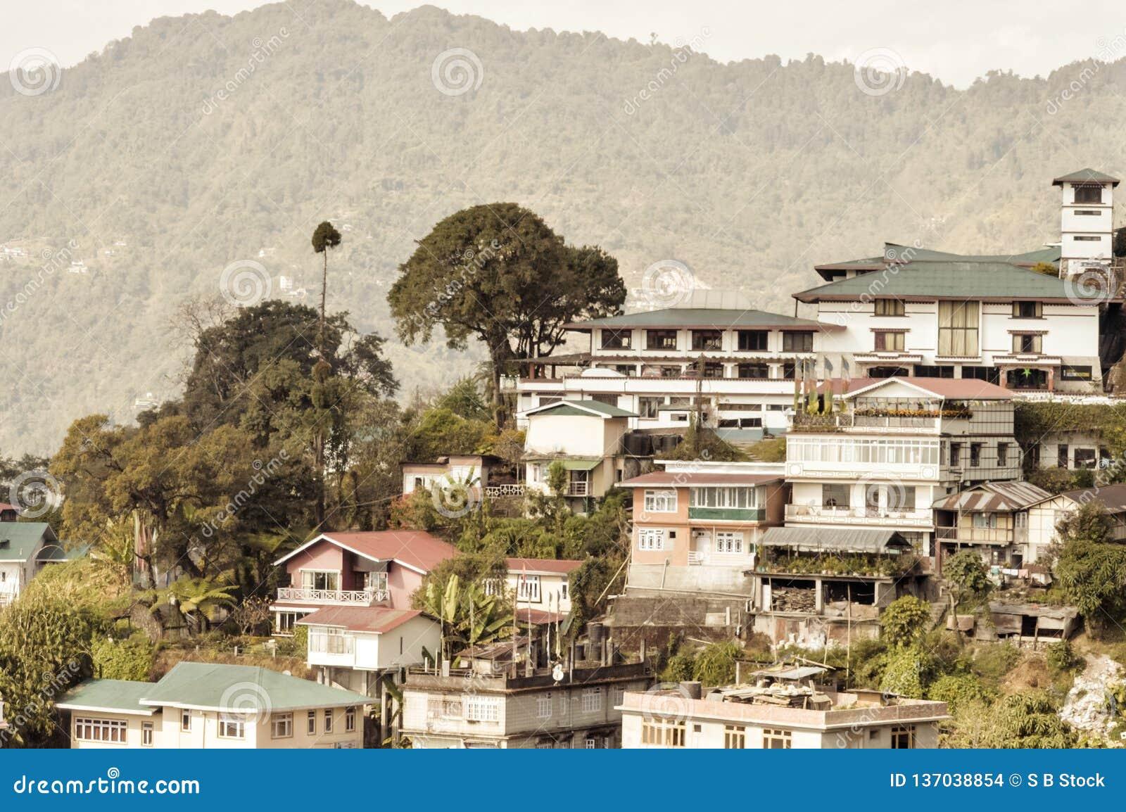 Opinião bonita do panorama da cidade de Gangtok, a cidade a maior do estado indiano de Sikkim, situado na escala Himalaia orienta