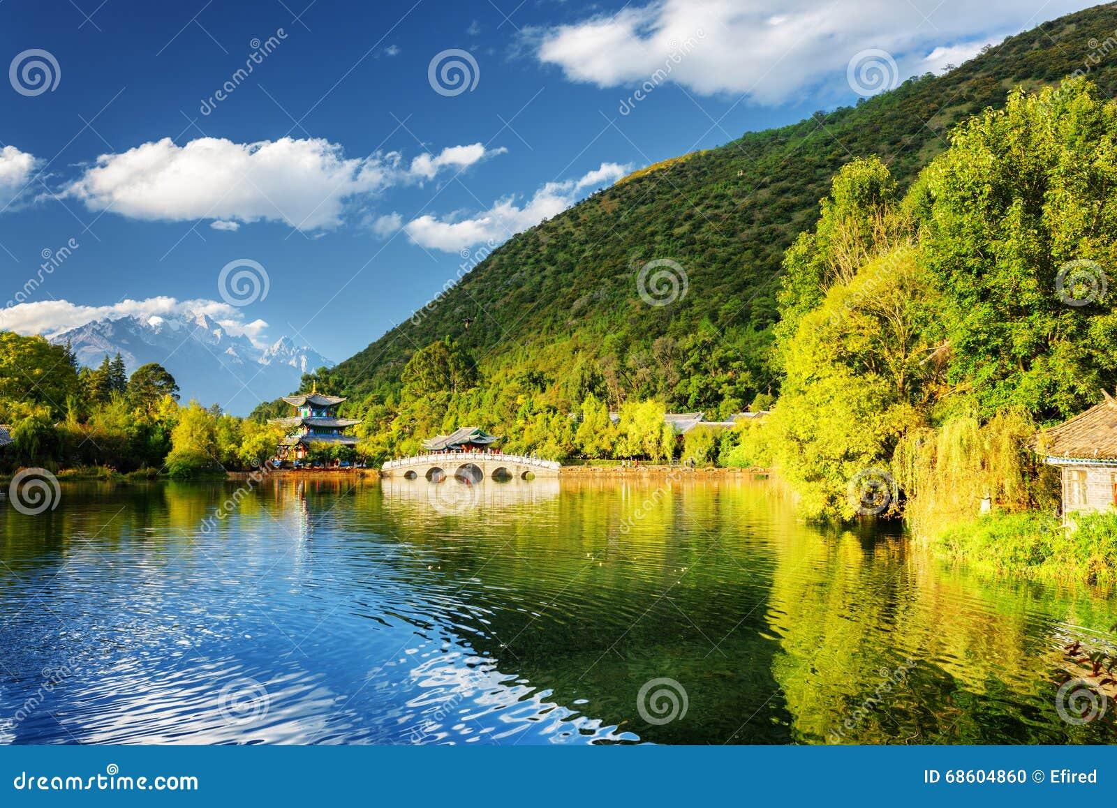 Opinião bonita Dragon Pool preto, Lijiang, China