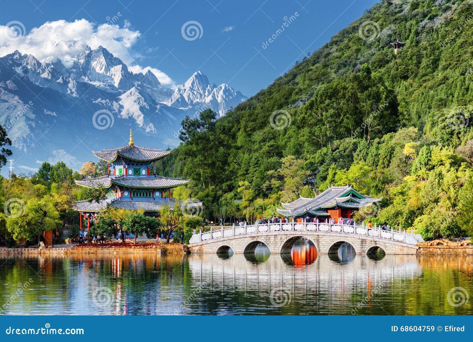 Opinião bonita Jade Dragon Snow Mountain, Lijiang, China