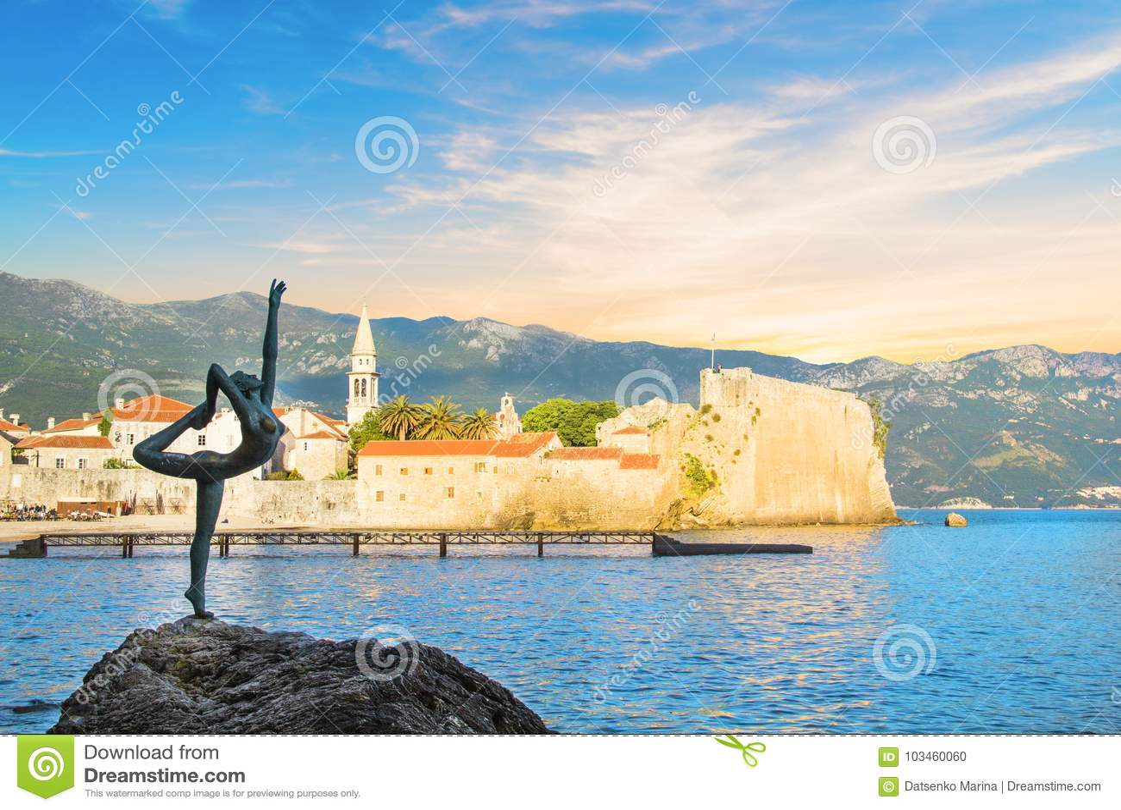 Opinião bonita o dançarino da bailarina da escultura de Budva no por do sol, Budva, Montenegro