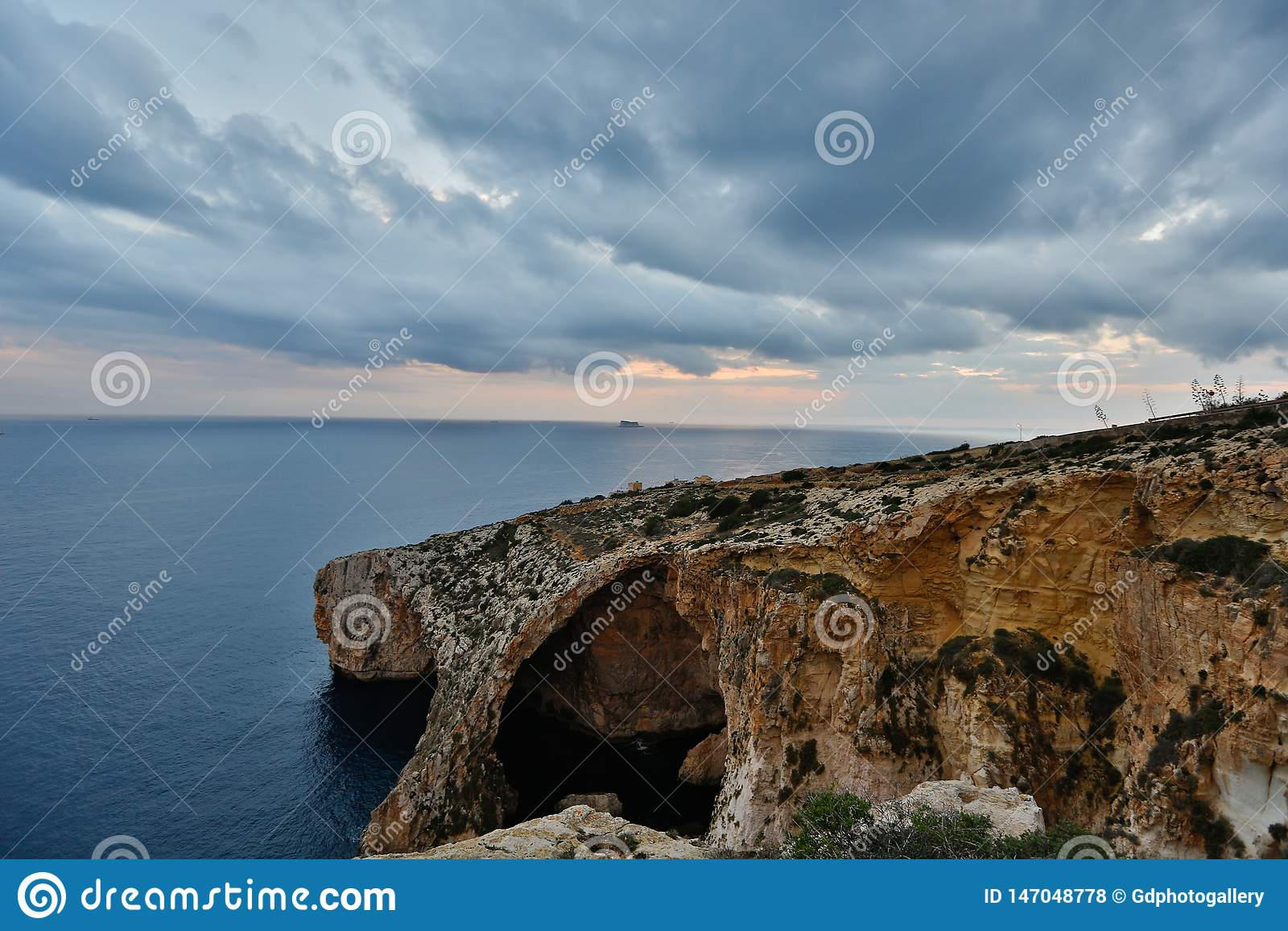 Opinião bonita, rochas e mar de Oceano Atlântico em um dia nebuloso O Algarve, Portugal - imagem