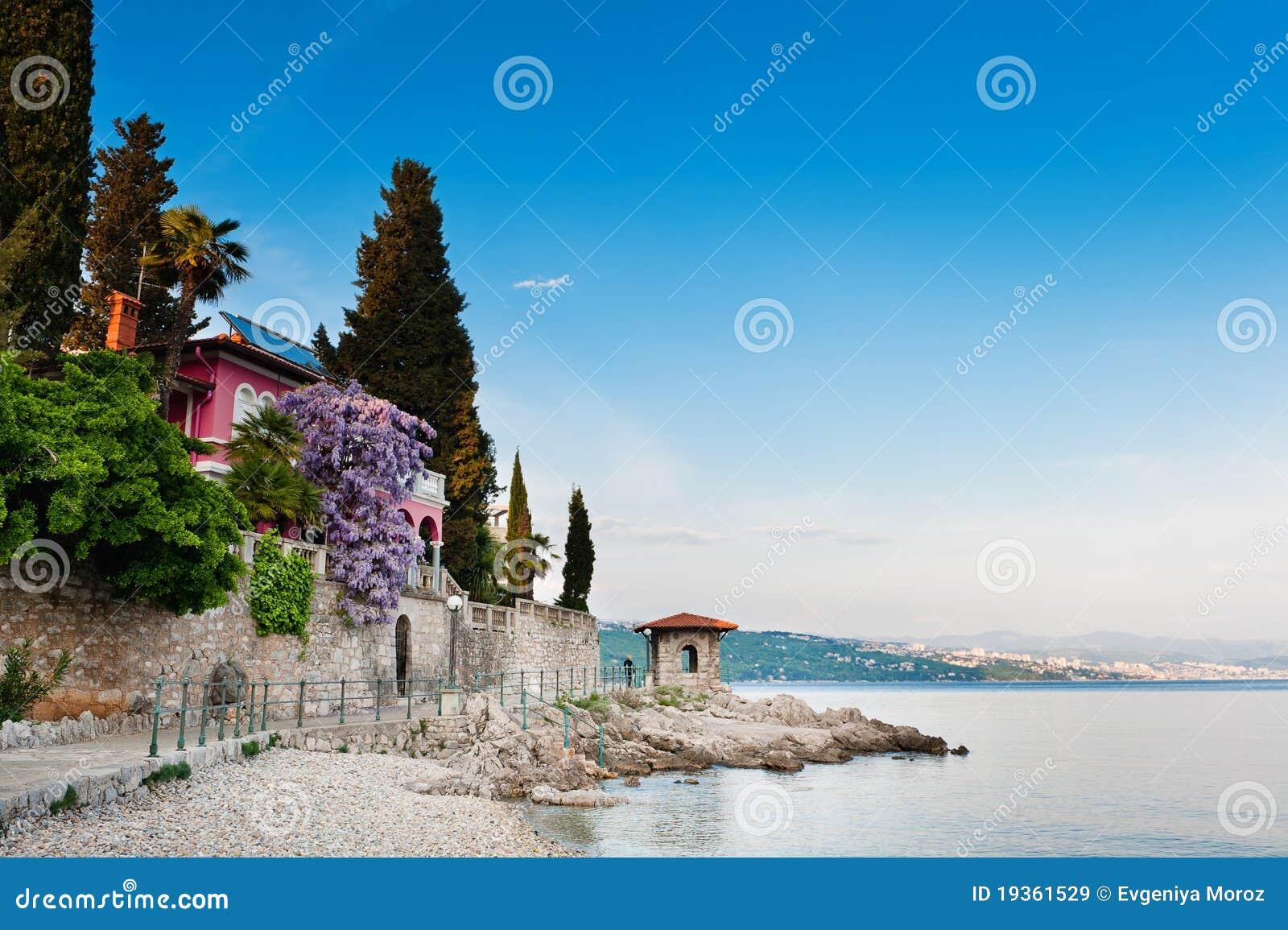 Opinião cénico de mar de adriático. Opatija, Croatia