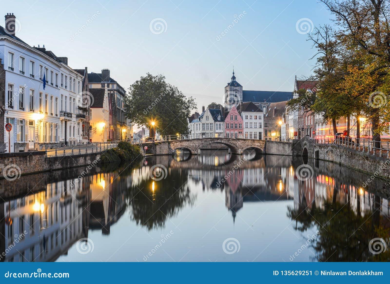 Opinião cênico da cidade do canal de Bruges na noite