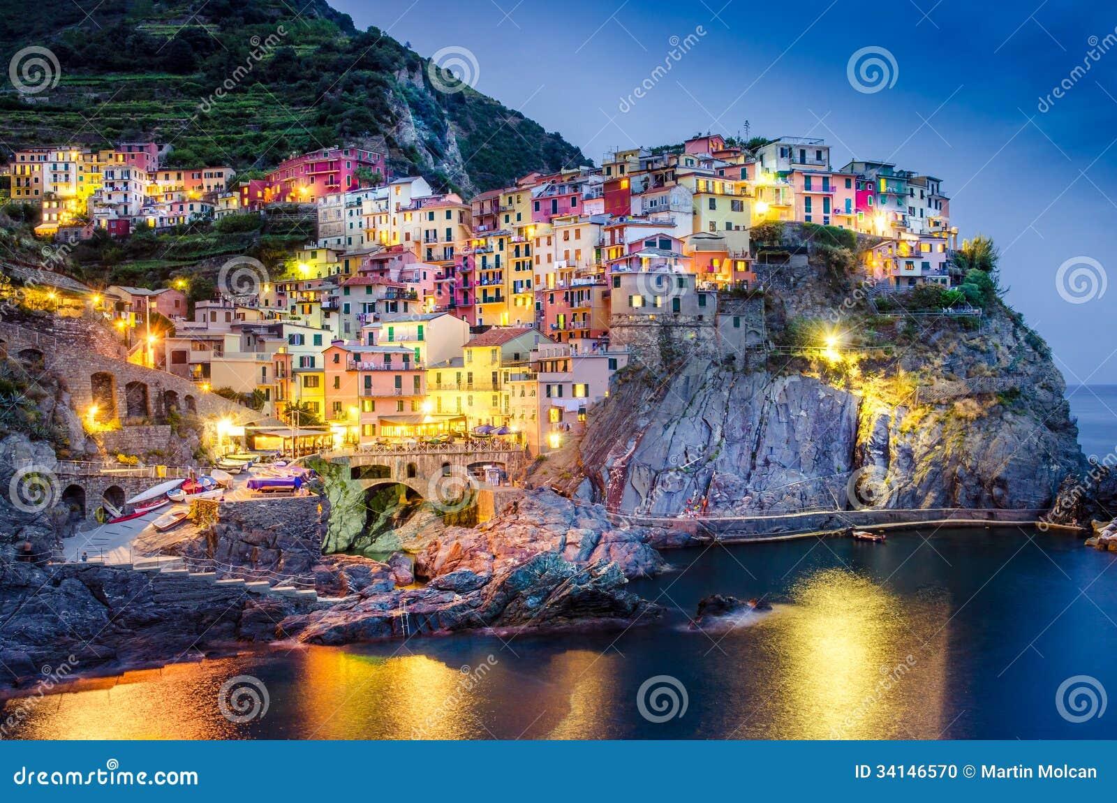 Opinião cênico da noite da vila colorida Manarola em Cinque Terre