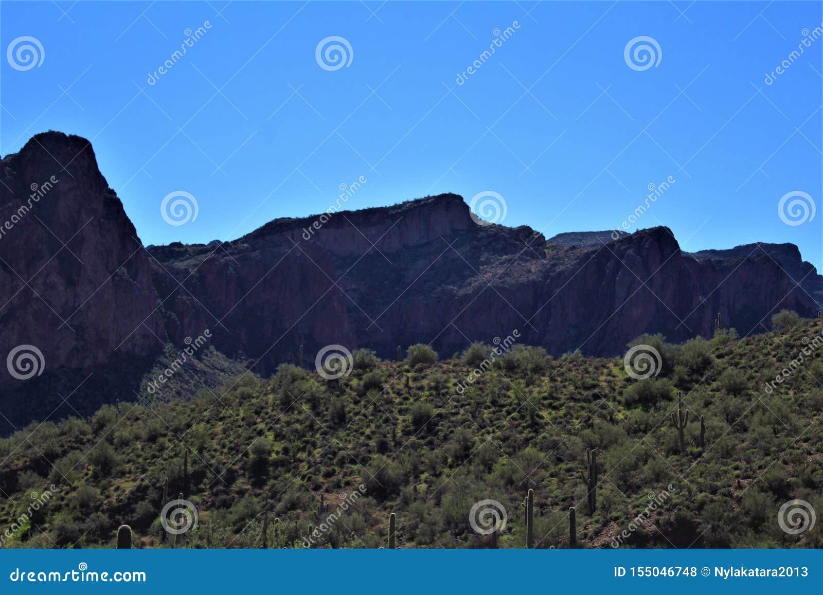 Opinião cênico da paisagem de Mesa, o Arizona aos montes da fonte, Maricopa County, o Arizona, Estados Unidos