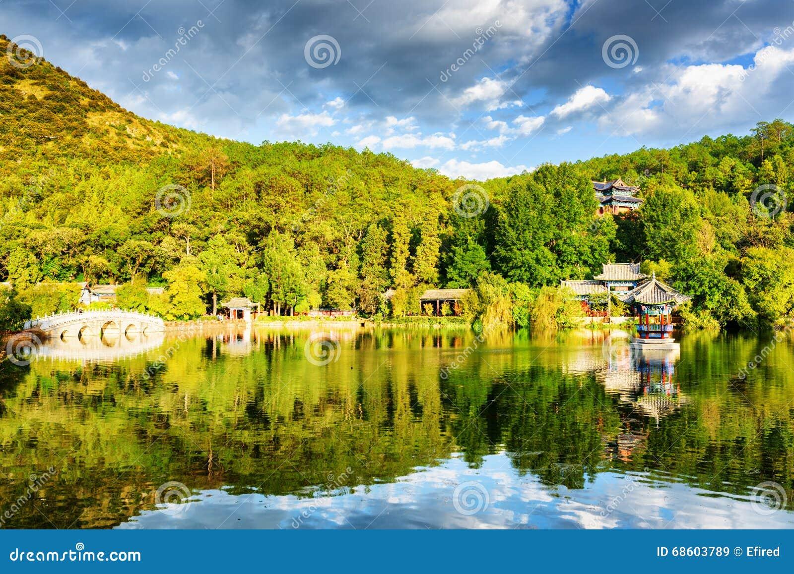 Opinião cênico Dragon Pool preto em Lijiang, China