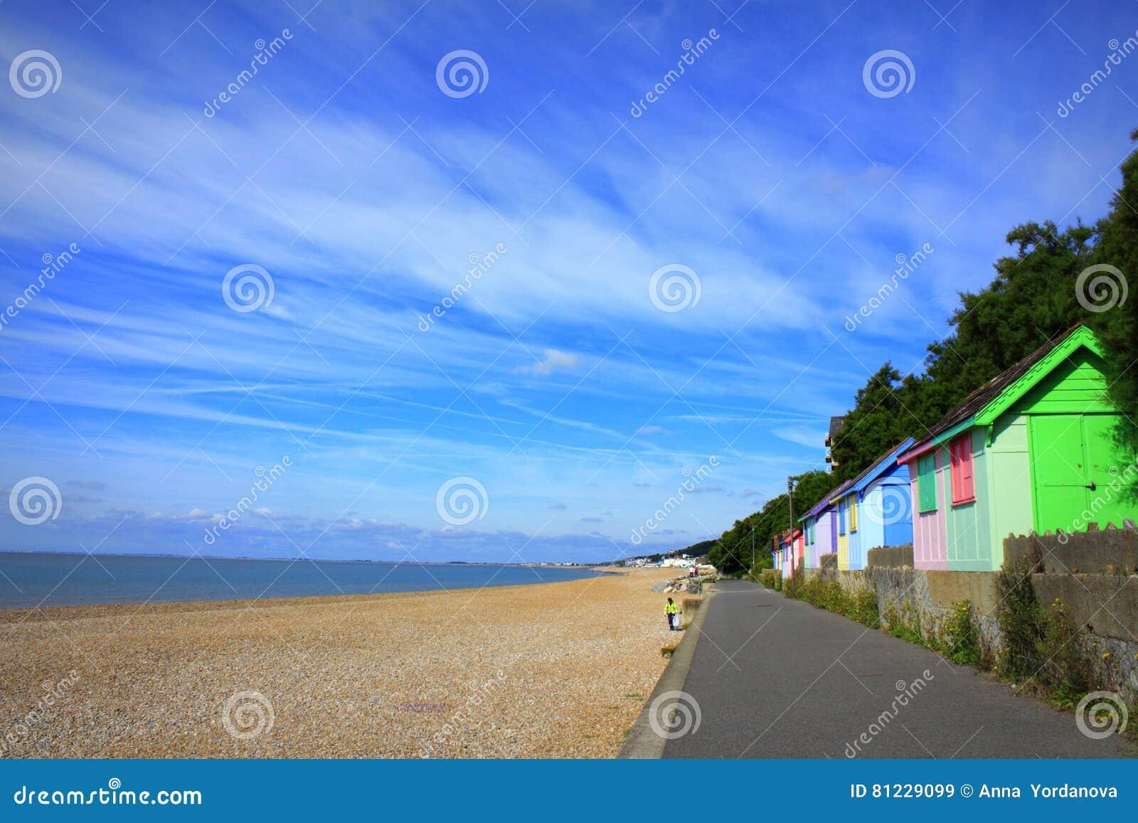 Opinião colorida Kent Reino Unido da praia de Folkestone