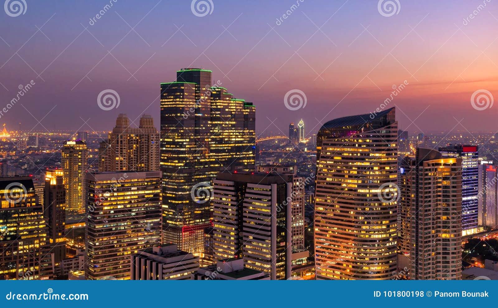 Opinião da arquitetura da cidade do panorama da construção moderna do negócio do escritório de Banguecoque na zona do negócio